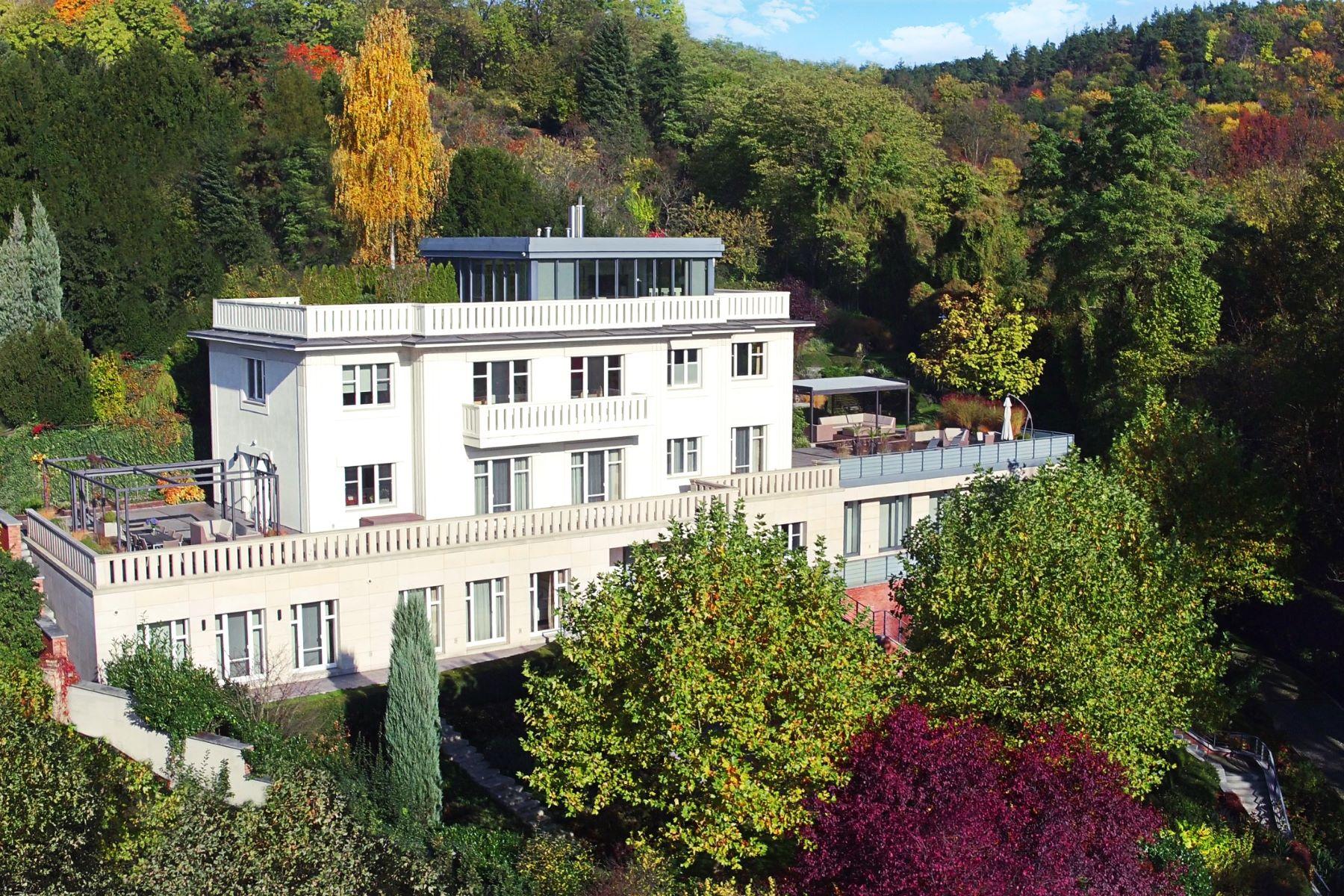 Maison unifamiliale pour l Vente à A majestic villa in a garden overlooking Prague Pod Havrankou Prague, Prague, 17100 République Tchèque