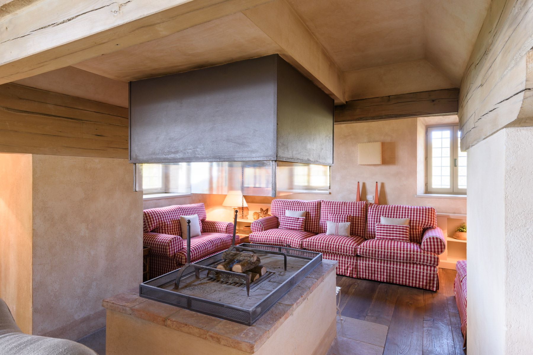Additional photo for property listing at Medieval castle with hunting ground, wine growers and producers  and farmhouses Radicondoli Siena, Siena 53030 Italia