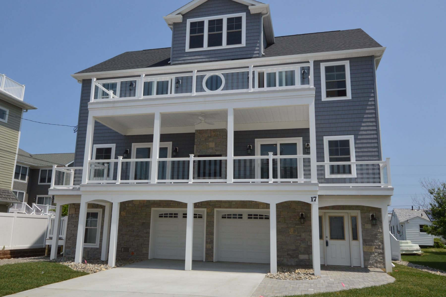 Maison unifamiliale pour l Vente à Sea Bright NJ - Seashore Colonial 17 Longview Way Sea Bright, New Jersey 07760 États-Unis