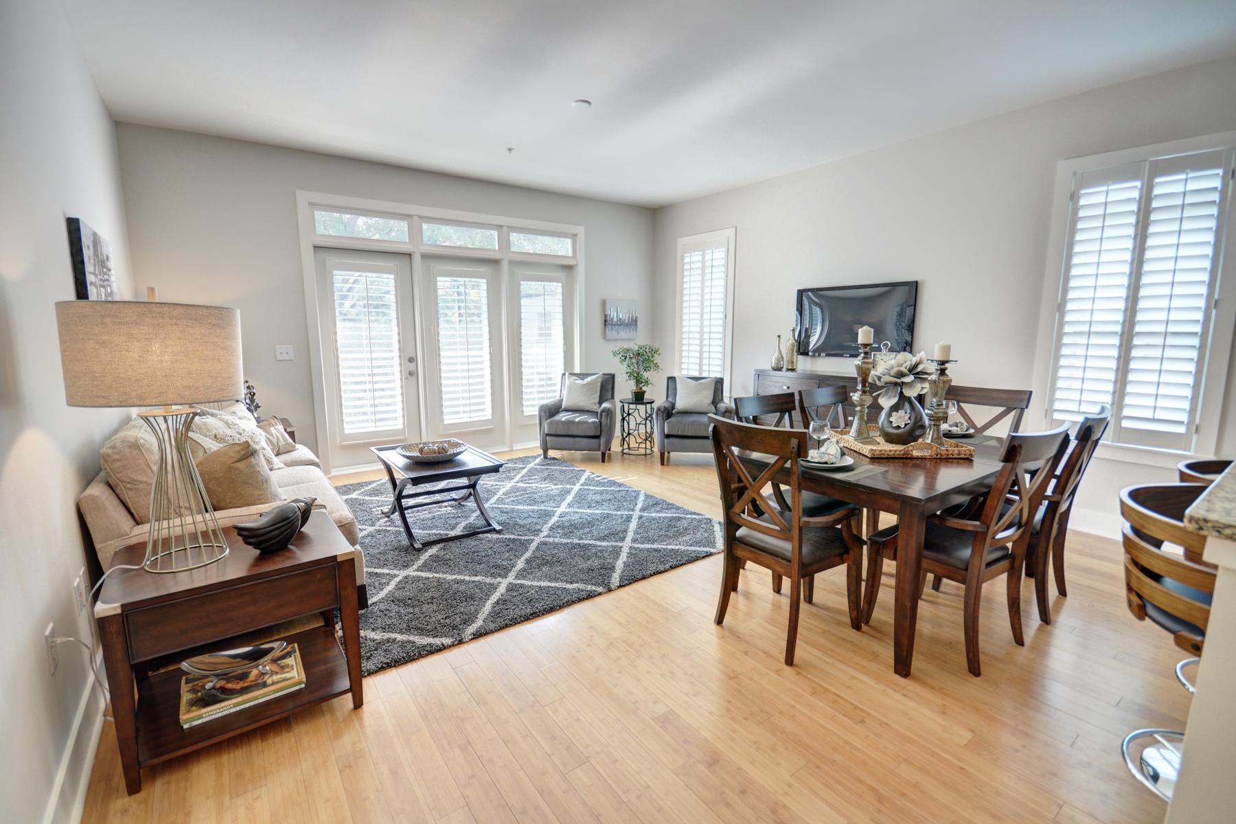 콘도미니엄 용 매매 에 Bright, Corner Two-Bedroom in the Heart of Buckhead 3655 Peachtree Road NE #301 Atlanta, 조지아, 30319 미국
