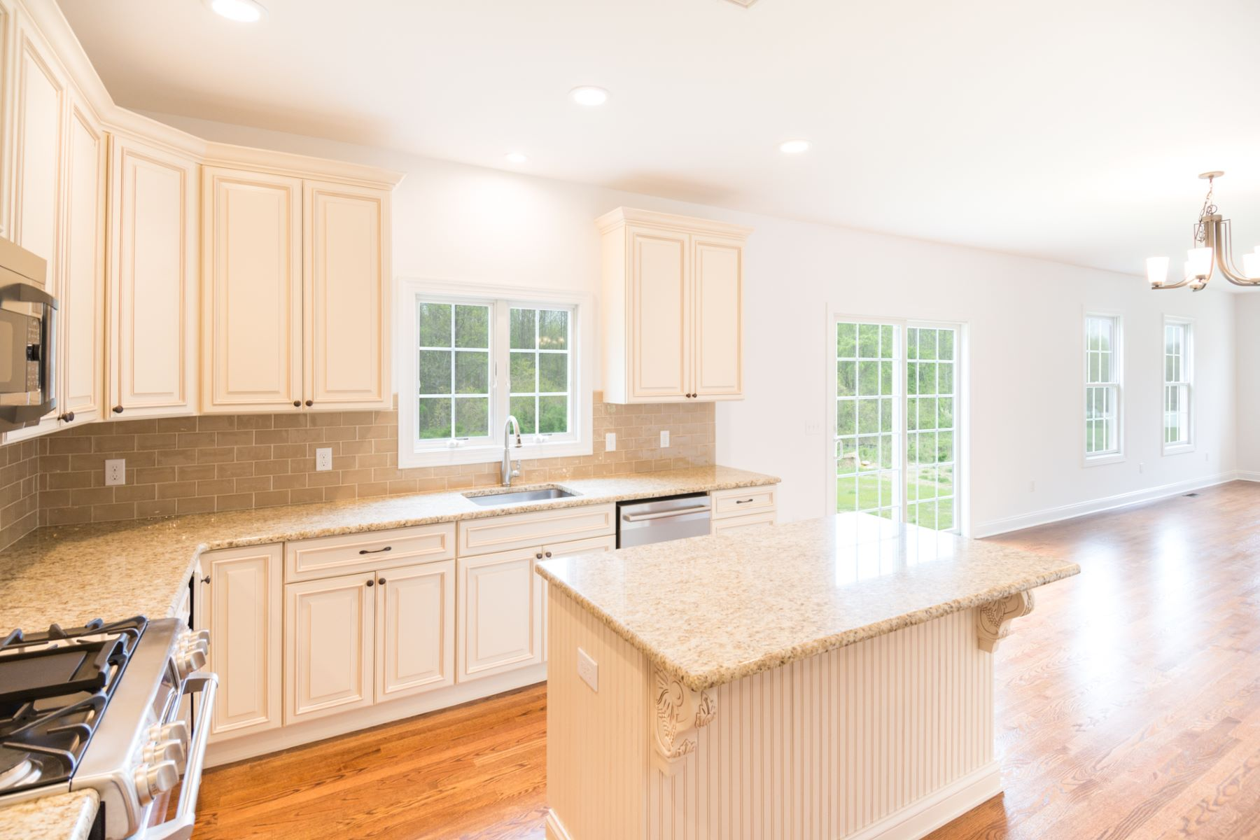 Additional photo for property listing at Lovely New Construction is the Best of All Worlds 33 Major Road South Brunswick, New Jersey 08852 États-Unis