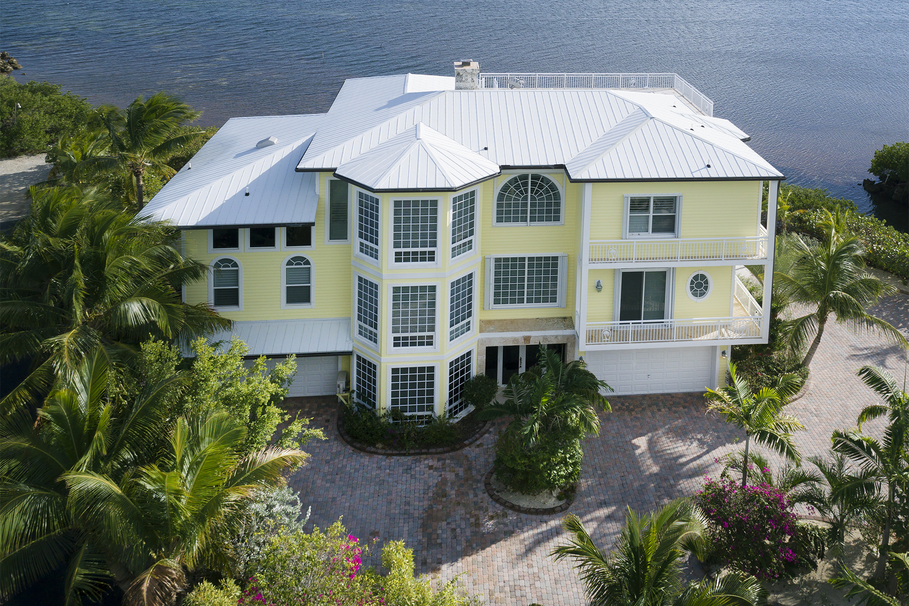 Maison unifamiliale pour l Vente à Oceanfront Home with Guest House 97251 Overseas Highway North Side Key Largo, Florida, 33037 États-Unis