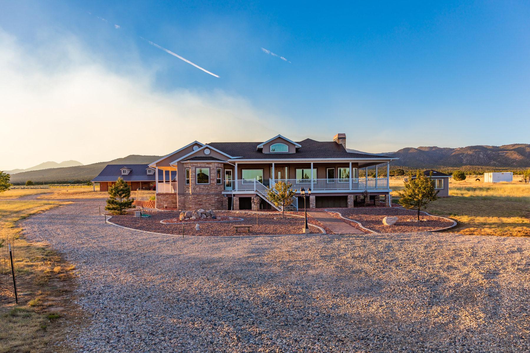 Maison unifamiliale pour l Vente à 40 ACRE RANCH NEAR ZION 748 North 175 East New Harmony, Utah, 84757 États-Unis