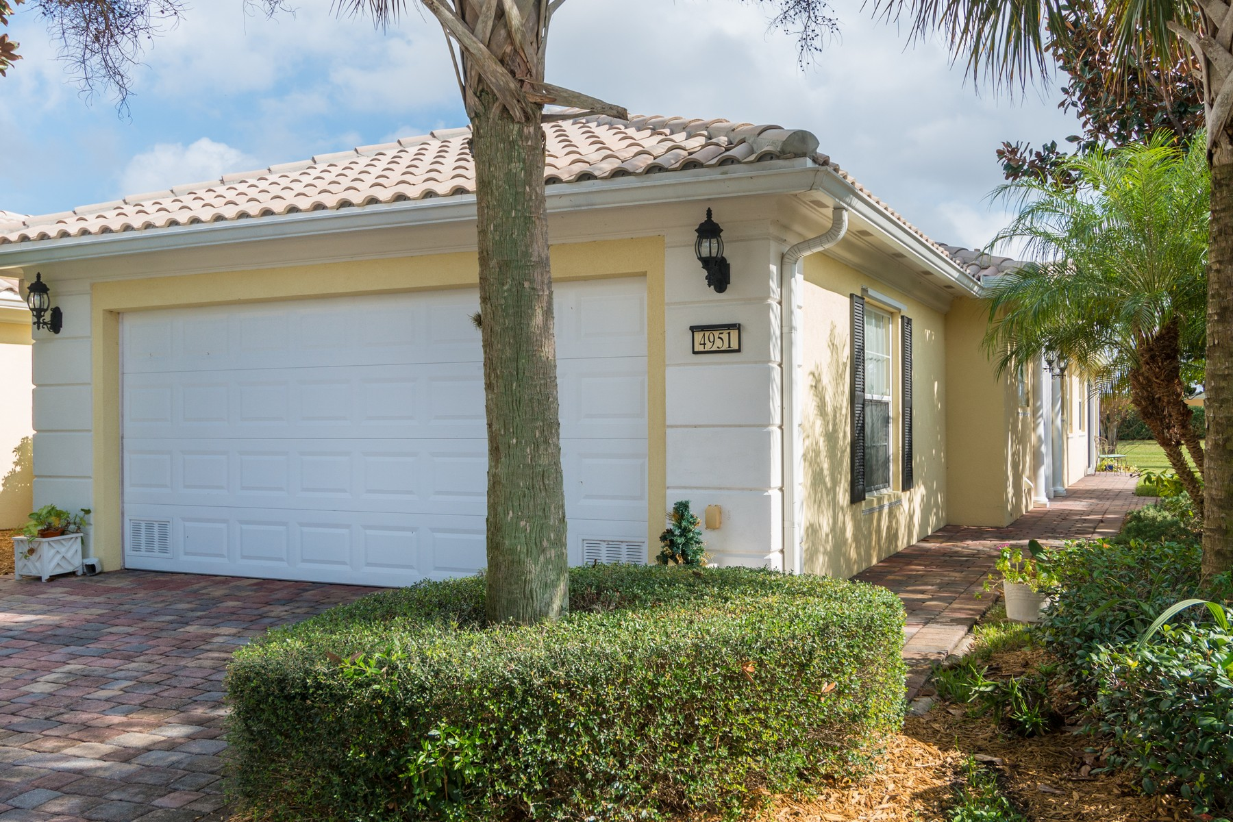 Single Family Home for Sale at Plush Home with 2 Suites 4951 Corsica Sq Vero Beach, Florida, 32967 United States