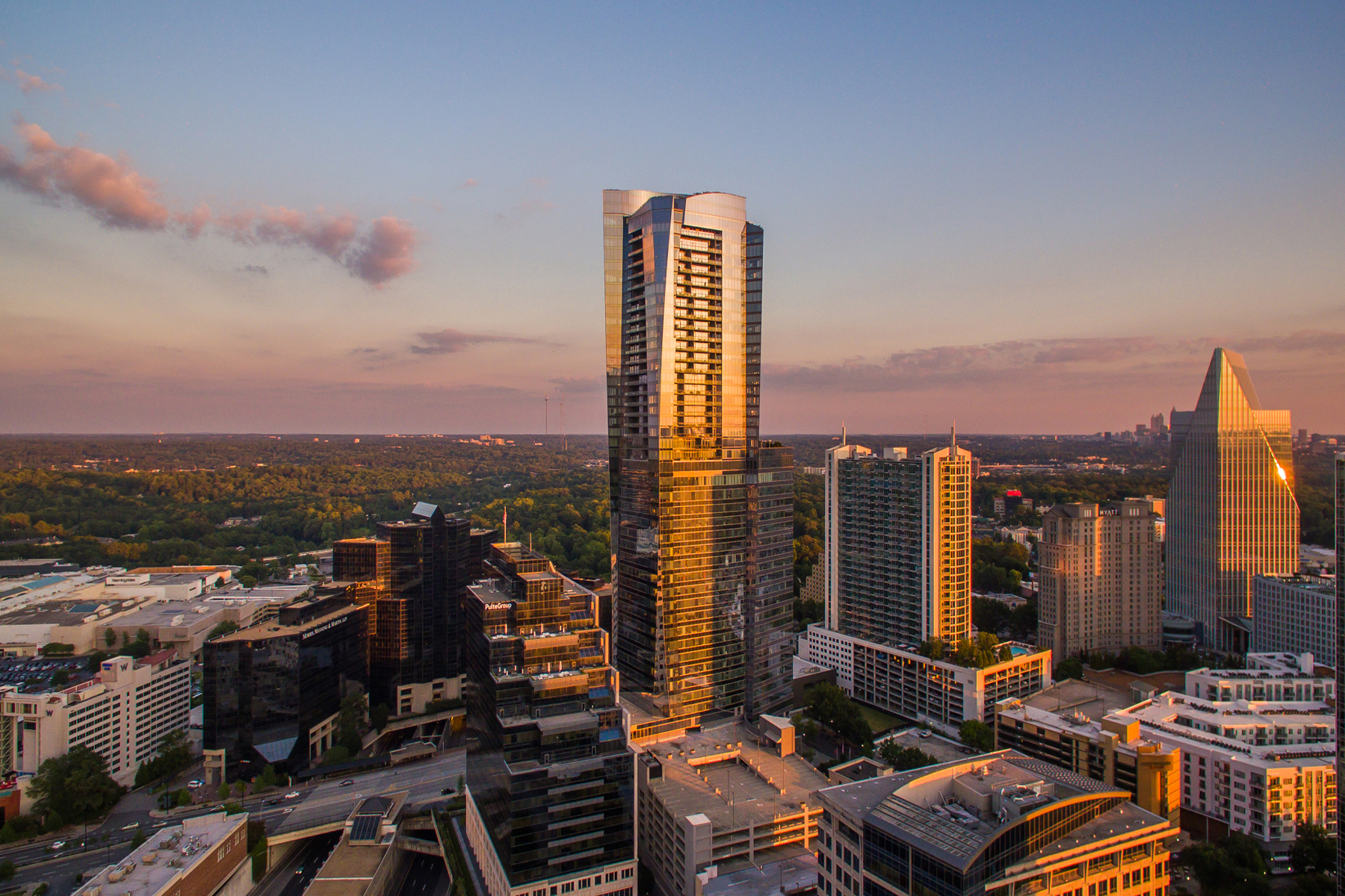 Кондоминиум для того Продажа на Premier Plan Boasting Panoramic Views 3344 Peachtree Road NE Unit 4601 Atlanta, Джорджия 30326 Соединенные Штаты