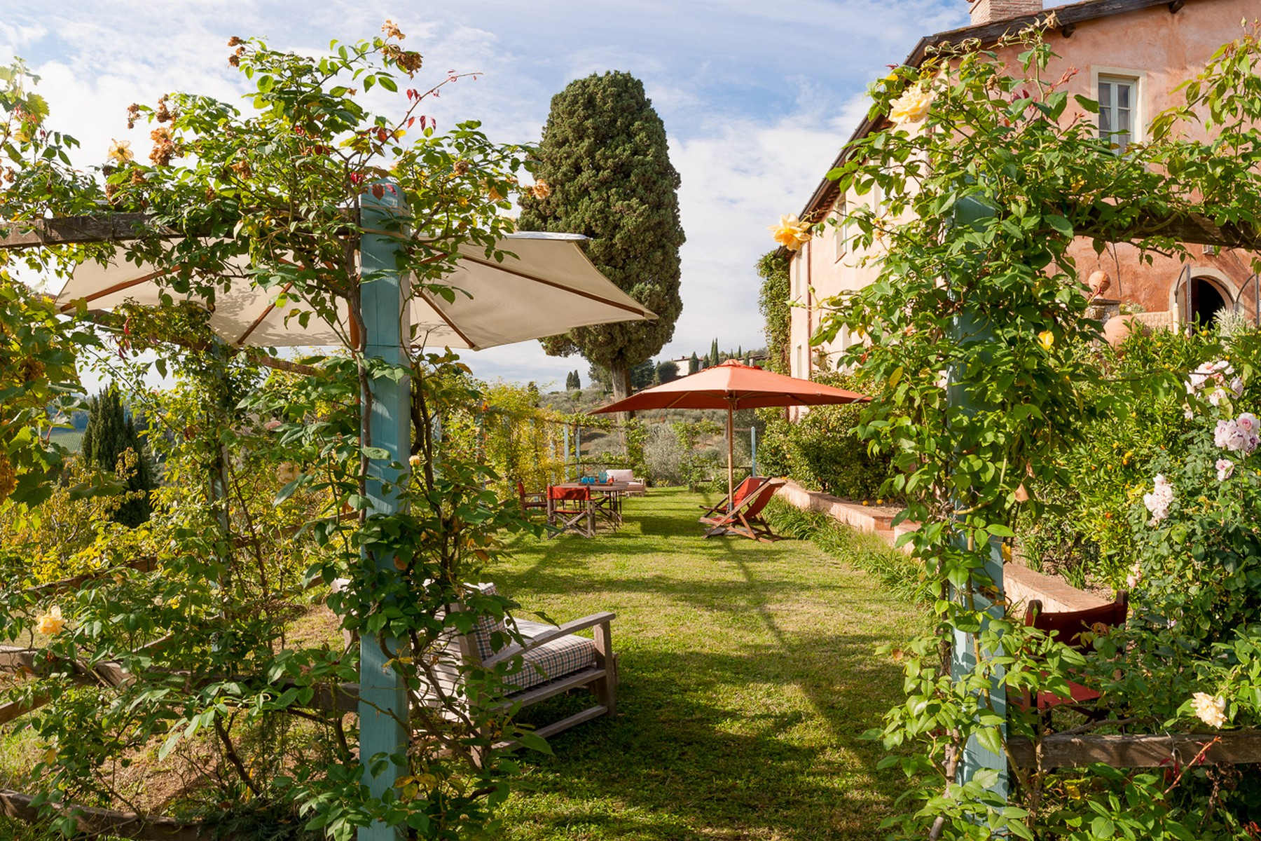 Additional photo for property listing at Merveilleuse ferme avec un incroyable jardin dans la campagne de Lucca Via di Mutigliano Lucca, Lucca 55100 Italie