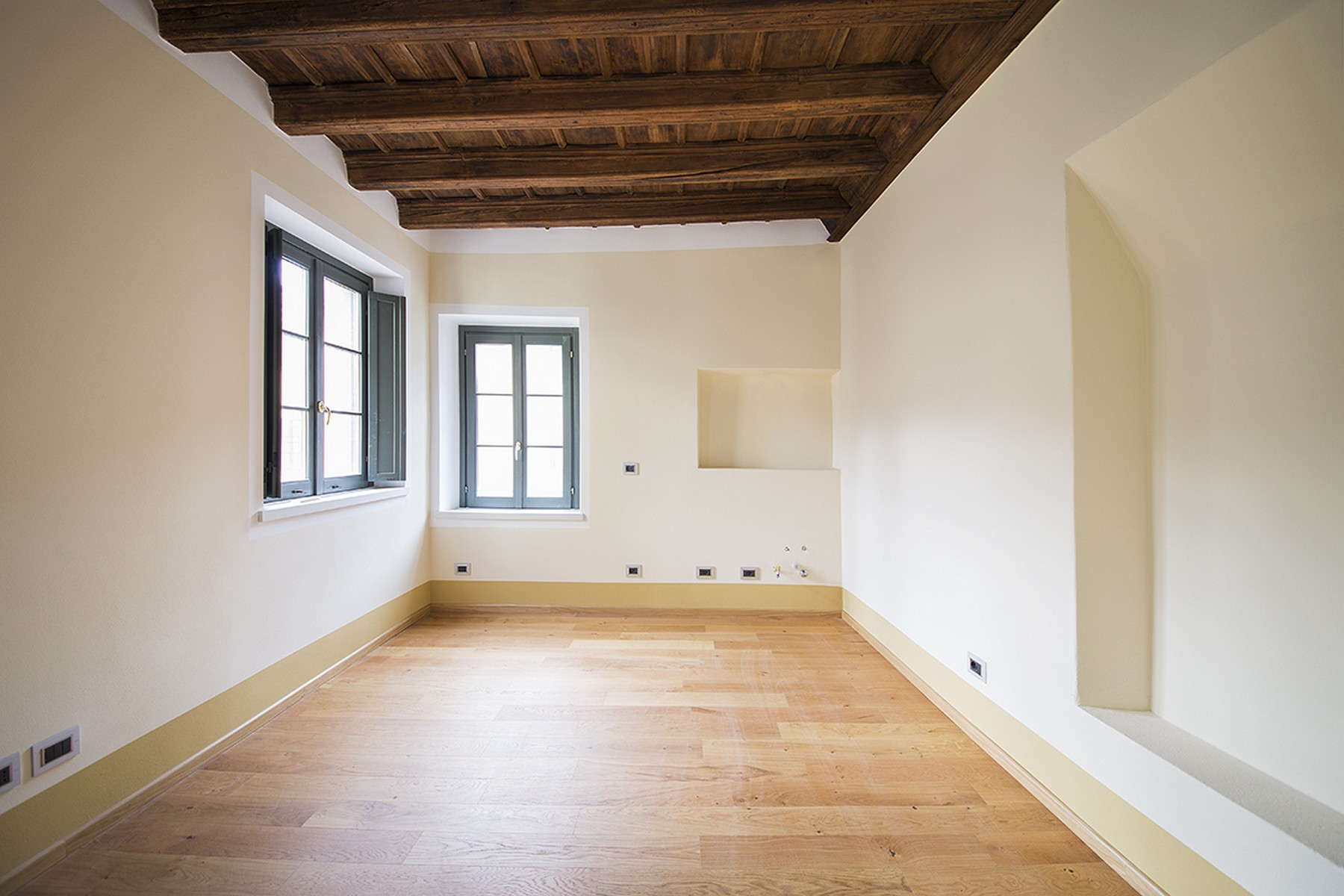 Additional photo for property listing at Magnificent semi-detached house in the historic center of Como Via Cinque Giornate Como, Como 22100 Italia