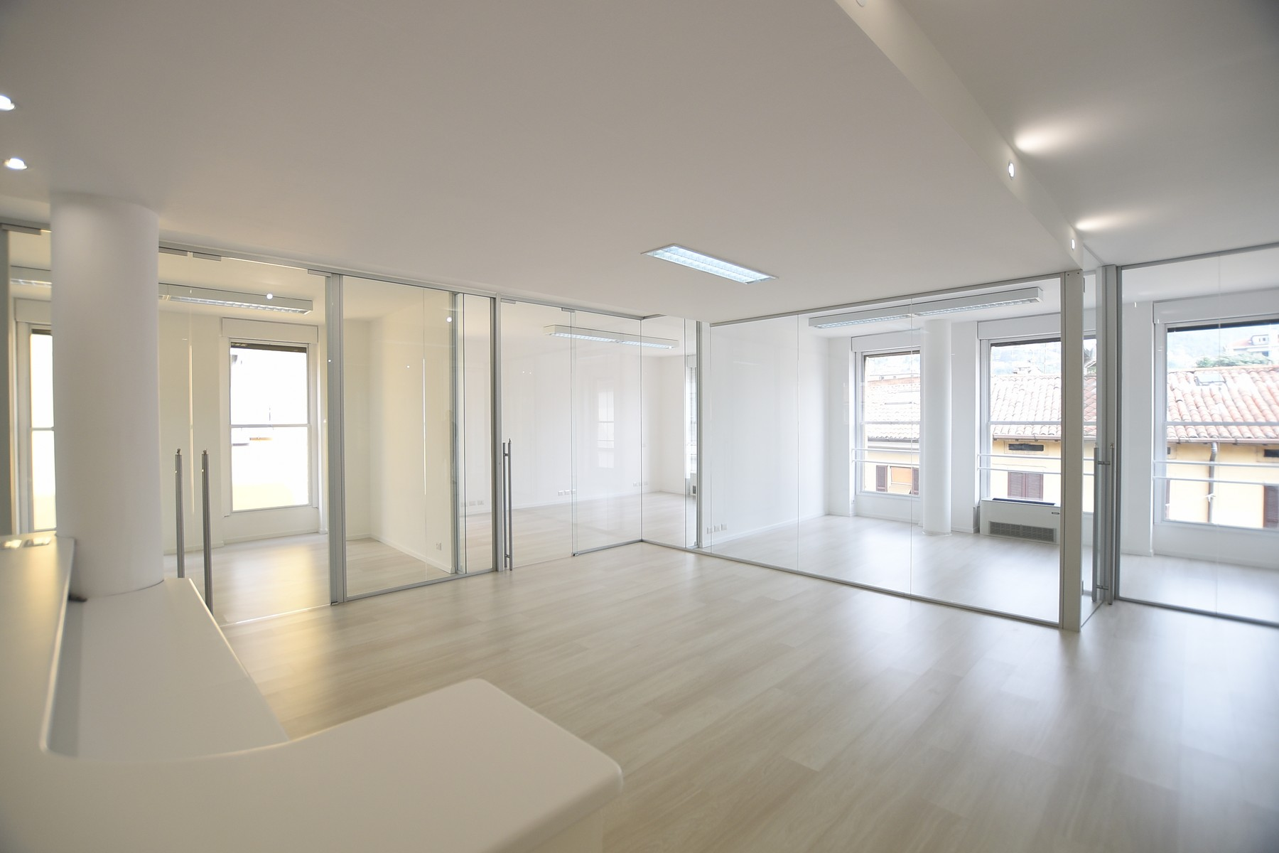 Additional photo for property listing at Prestigious office with high quality finishes via Milano Como, Como 22100 Italy