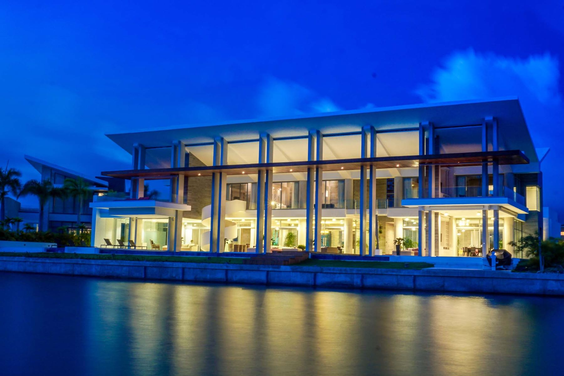 Maison unifamiliale pour l Vente à Ultra-Modern and Luxurious Waterfront Caribbean Home with private Dock Cap Cana, La Altagracia, République Dominicaine