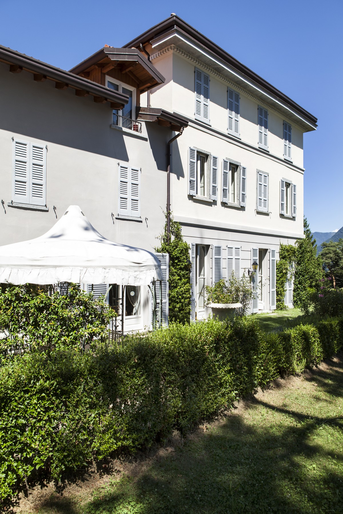 Additional photo for property listing at Wonderful apartment set in the luxurious villa Eros Via Cardano Como, Como 22100 Italia