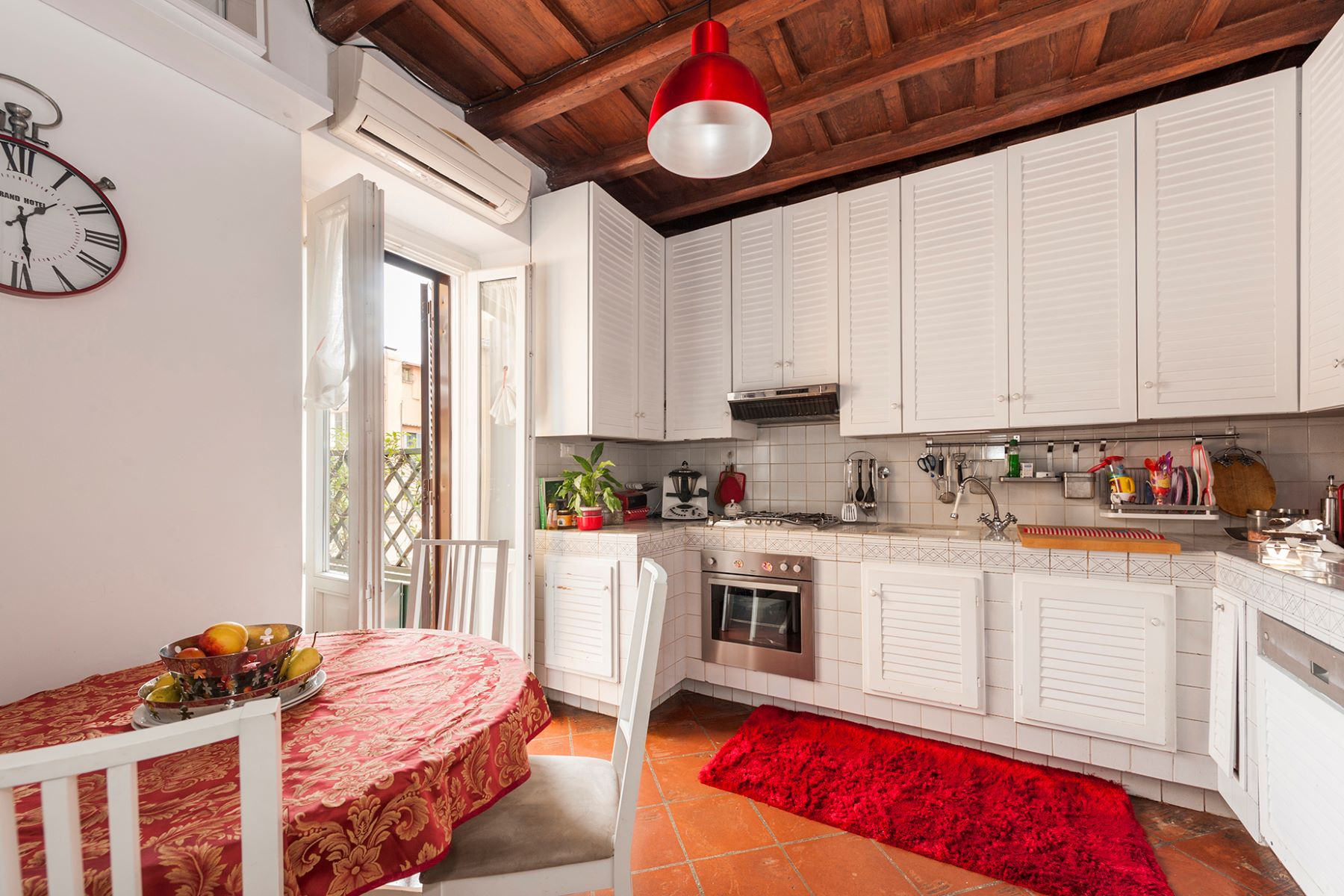 Additional photo for property listing at Quiet apartment with terrace close to the Trevi Fountain Vicolo Scavolino Rome, Rome 00187 Italie