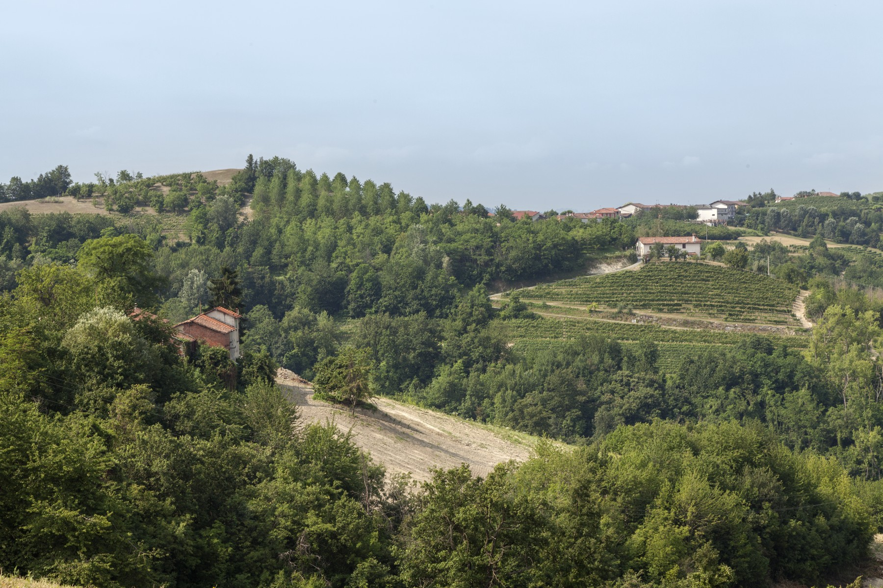 Additional photo for property listing at Charming estate with Langhe country views Clavesana, Cuneo Italien