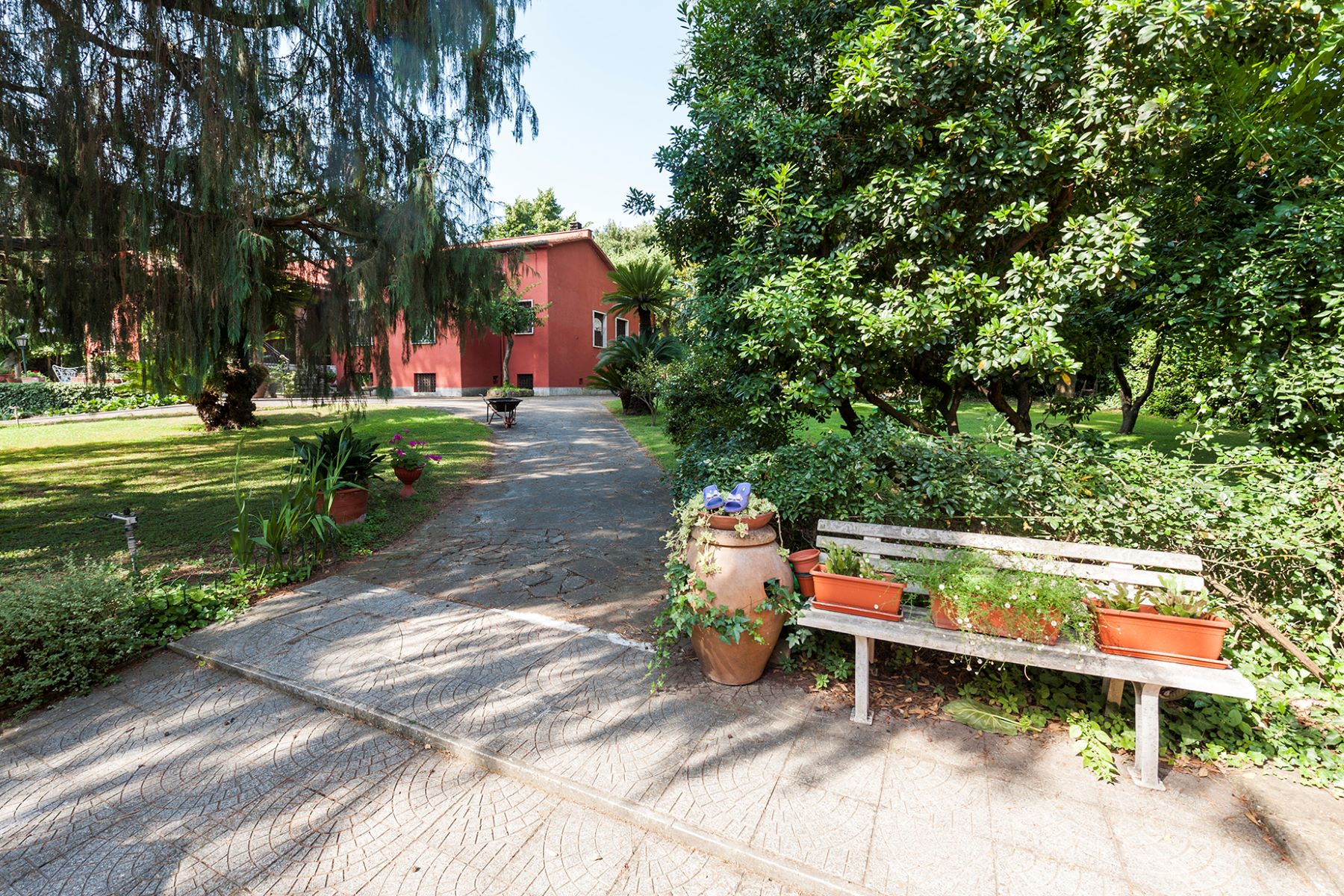 Additional photo for property listing at Beautiful villa with large garden Rome, Rome Italie