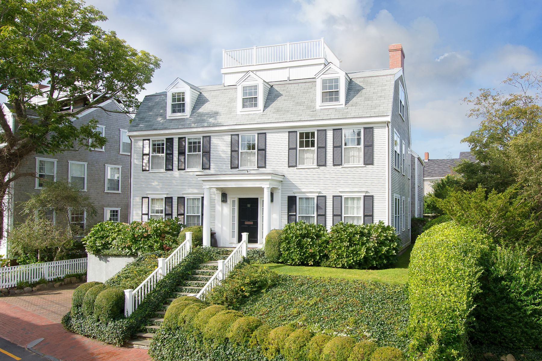 Maison unifamiliale pour l Vente à Gracious in Town Living! Nantucket, Massachusetts, 02554 États-Unis