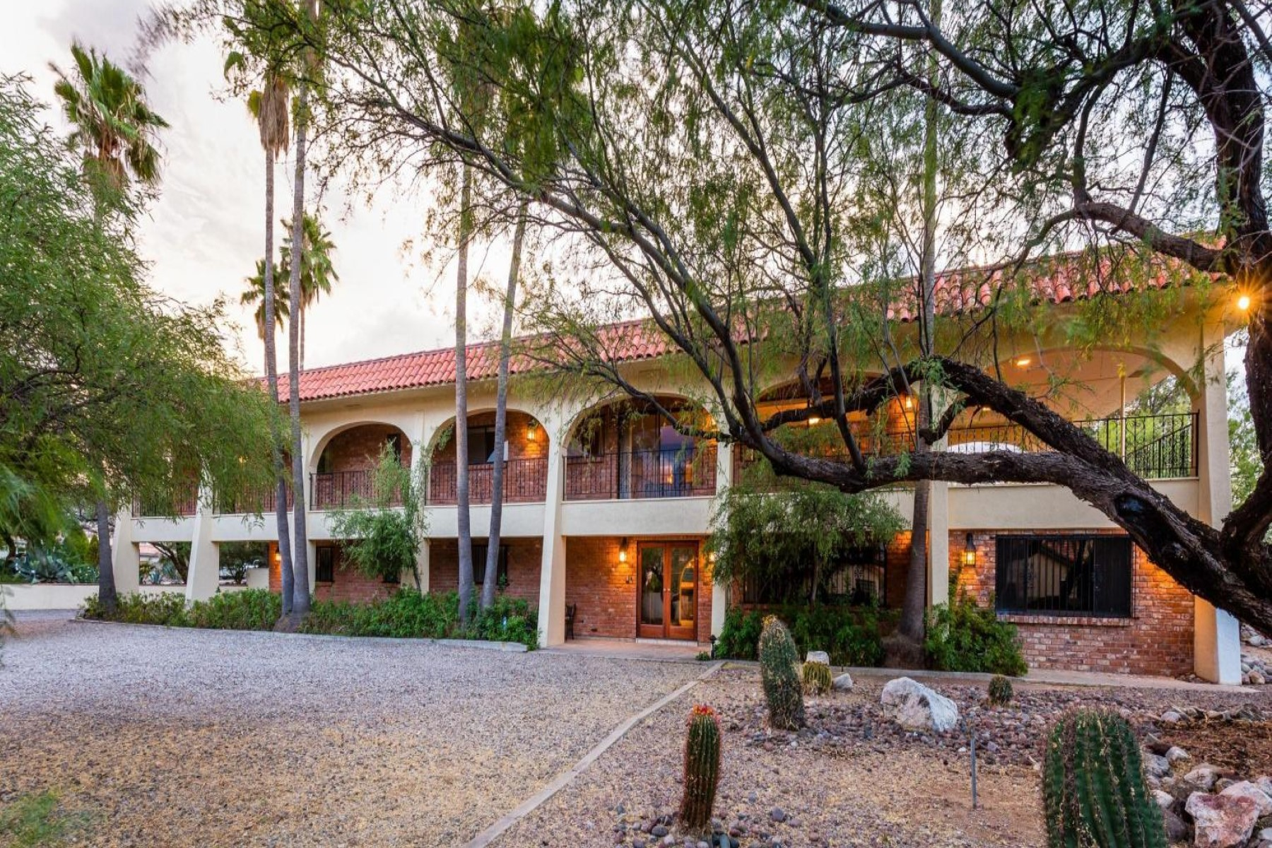 Casa Unifamiliar por un Venta en Private gated compound on nearly 3 acres providing a secluded feel 260 S Sewell Place Tucson, Arizona, 85748 Estados Unidos