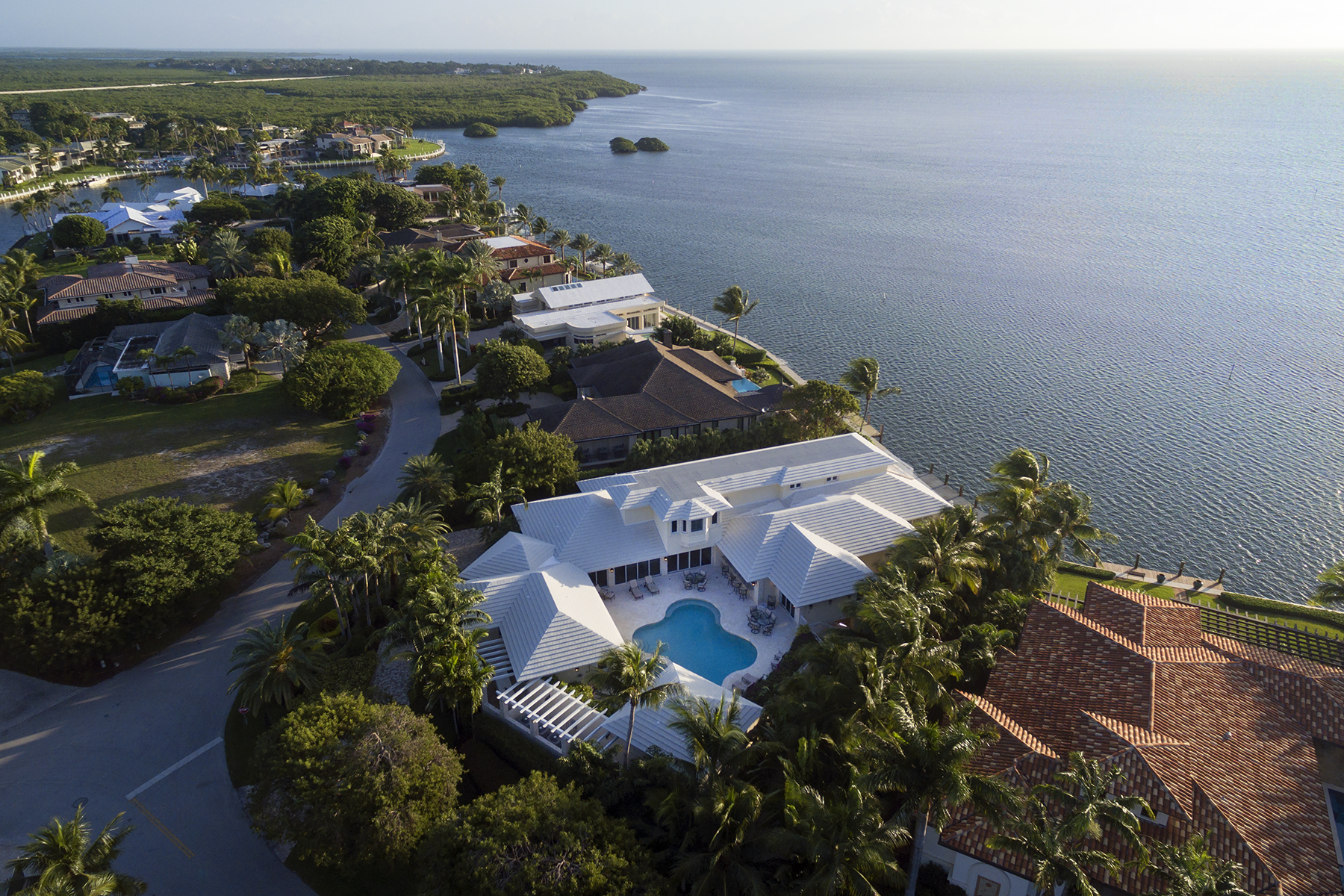 Casa Unifamiliar por un Venta en Extraordinary Oceanfront Home at Ocean Reef 24 Angelfish Cay Drive Key Largo, Florida 33037 Estados Unidos