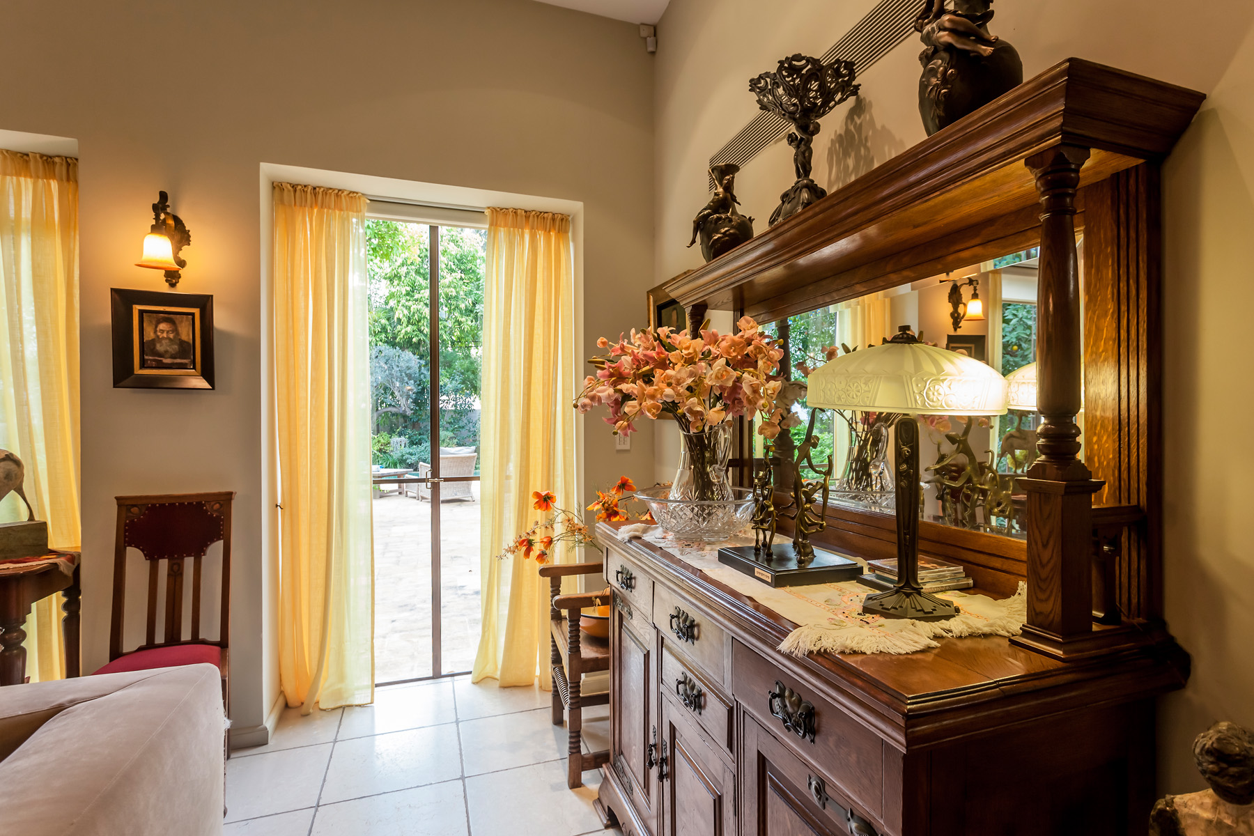 Additional photo for property listing at An Eclectic Antique Style Home Tel Aviv, Israel Israël