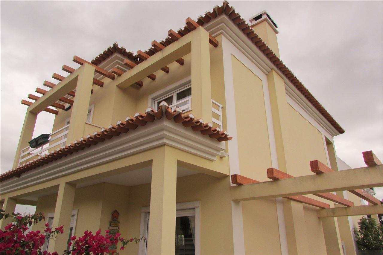 Villa per Vendita alle ore Semi-detached house, 3 bedrooms, for Sale Cascais, Lisbona 2645-358 Portogallo