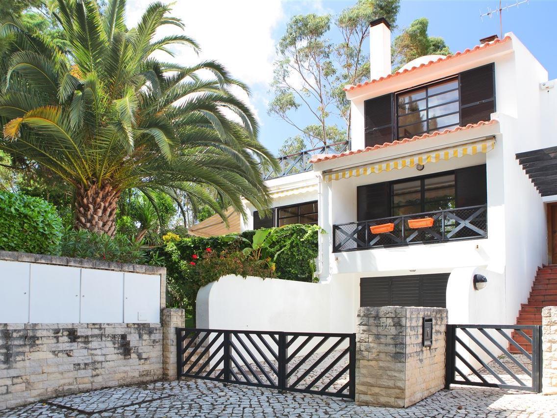 Частный односемейный дом для того Продажа на Terraced house, 3 bedrooms, for Sale Estoril, Cascais, Лиссабон Португалия