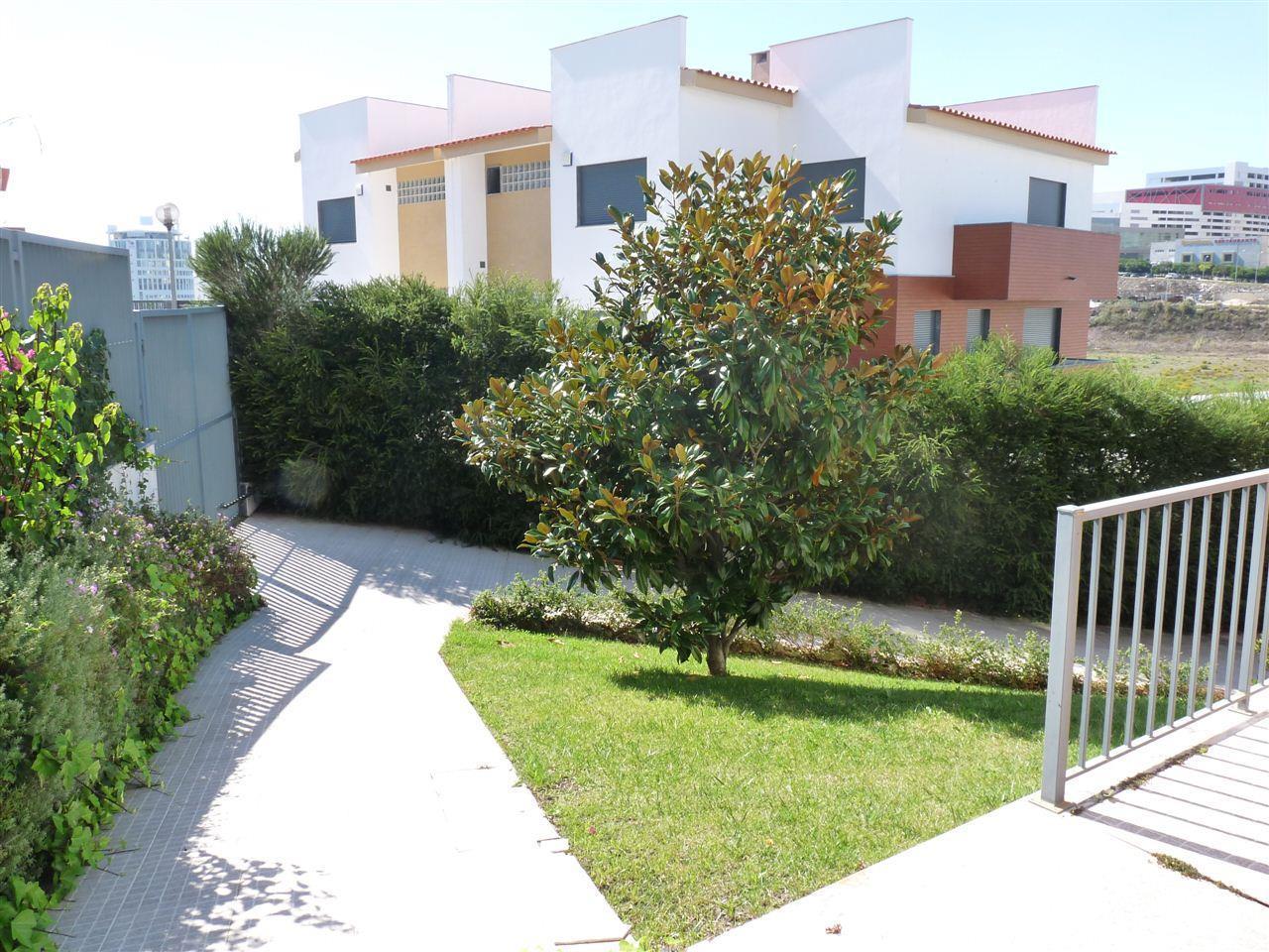 Casa para uma família para Venda às House, 4 bedrooms, for Sale Carnaxide, Oeiras, Lisboa Portugal