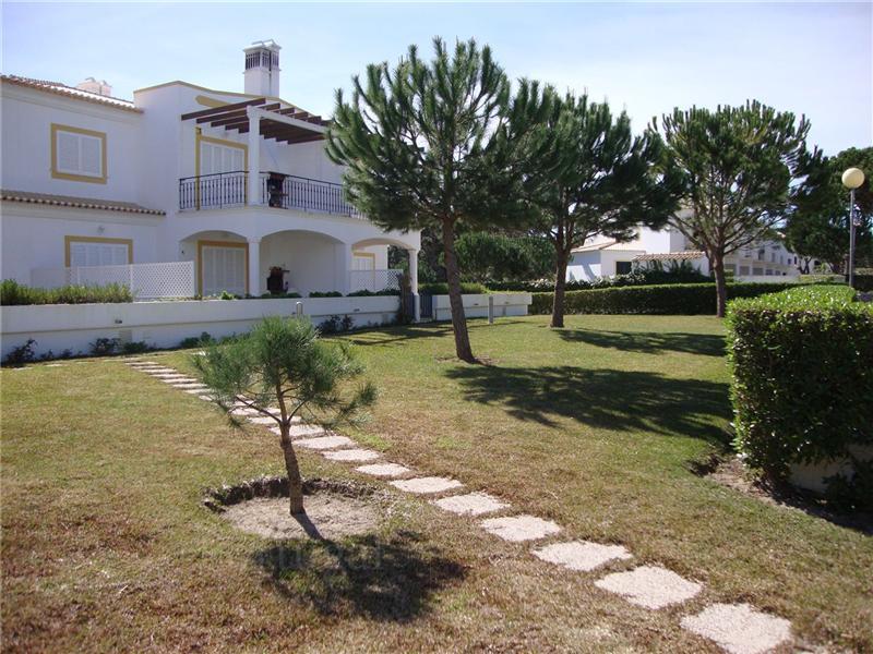 Casa para uma família para Venda às Terraced house, 2 bedrooms, for Sale Albufeira, Algarve Portugal