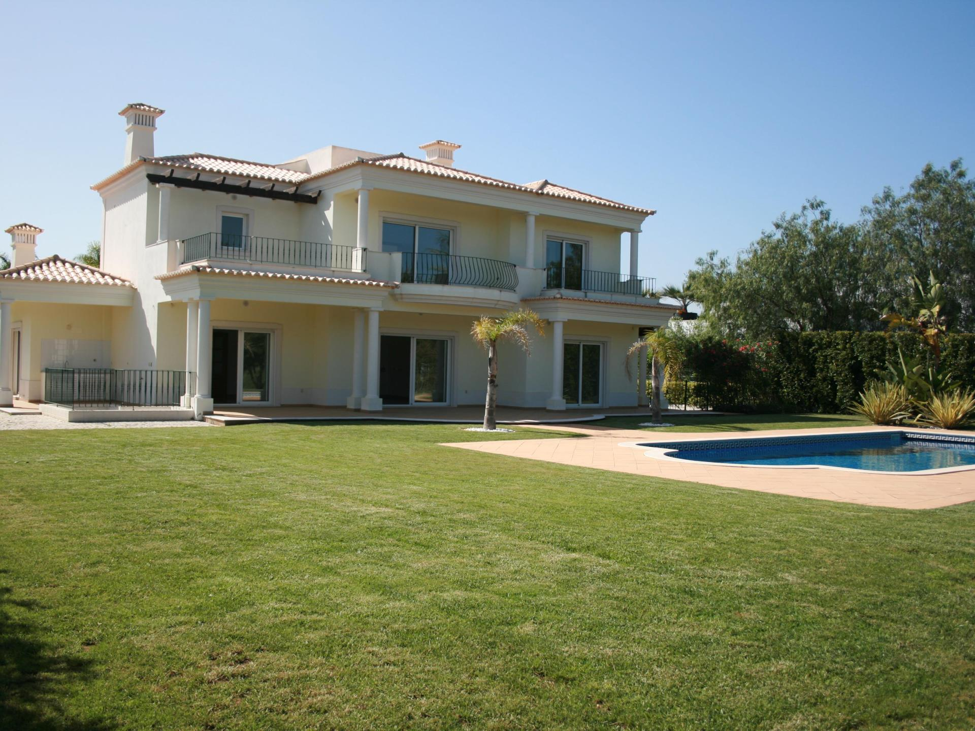 Tek Ailelik Ev için Satış at House, 5 bedrooms, for Sale Loule, Algarve Portekiz