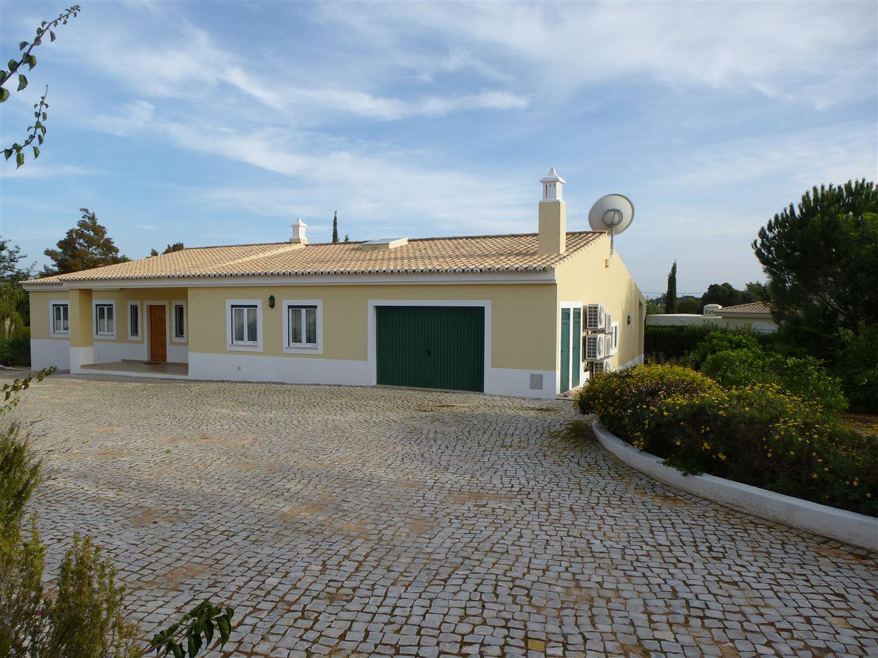 Einfamilienhaus für Verkauf beim House, 3 bedrooms, for Sale Portimao, Algarve, 8500-120 Portugal
