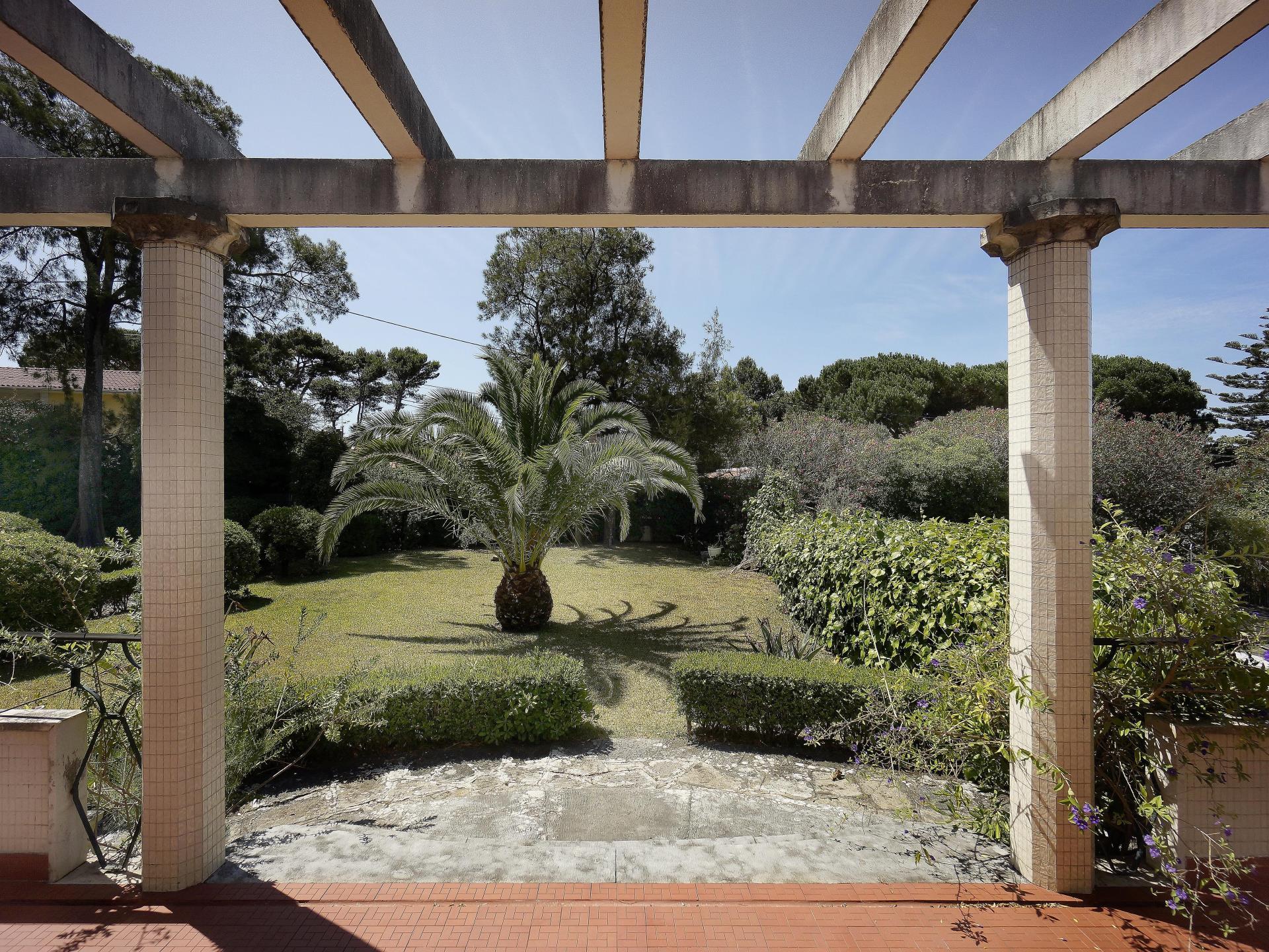 Villa per Vendita alle ore Detached house to restore, 8 bedrooms, for Sale Birre, Cascais, Lisbona Portogallo