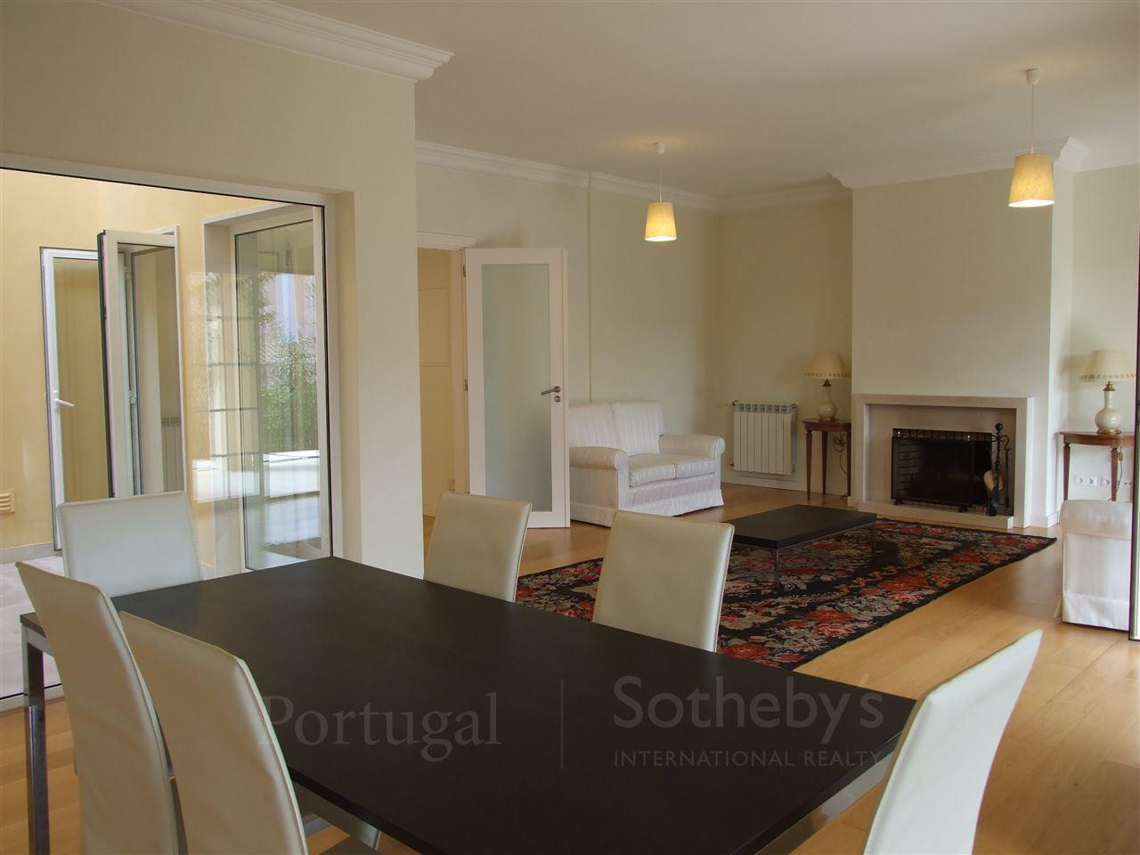Villa per Vendita alle ore Semi-detached house, 4 bedrooms, for Sale Cascais, Lisbona, 2645-535 Portogallo