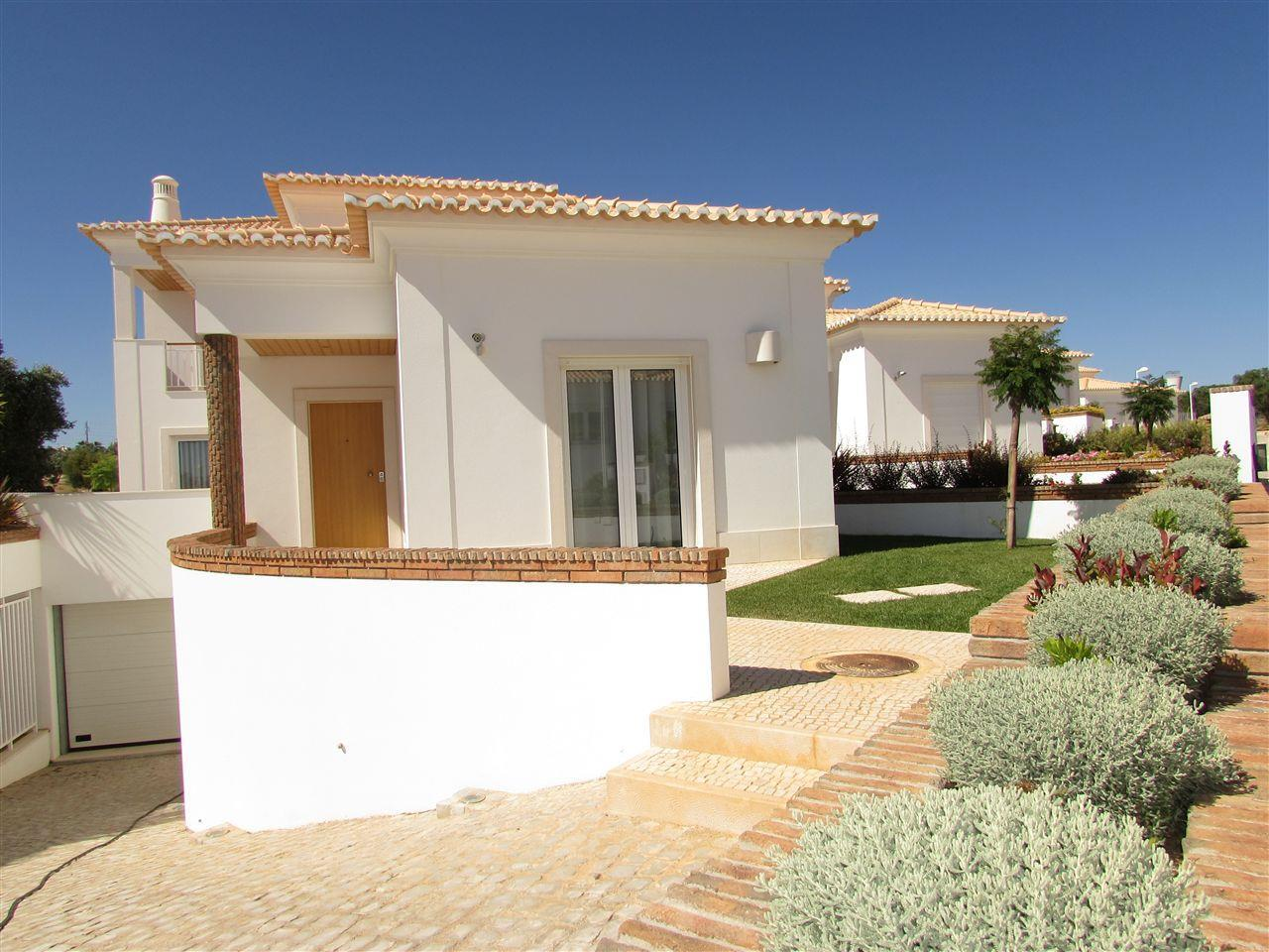 Nhà ở một gia đình vì Bán tại Terraced house, 4 bedrooms, for Sale Loule, Algarve Bồ Đào Nha