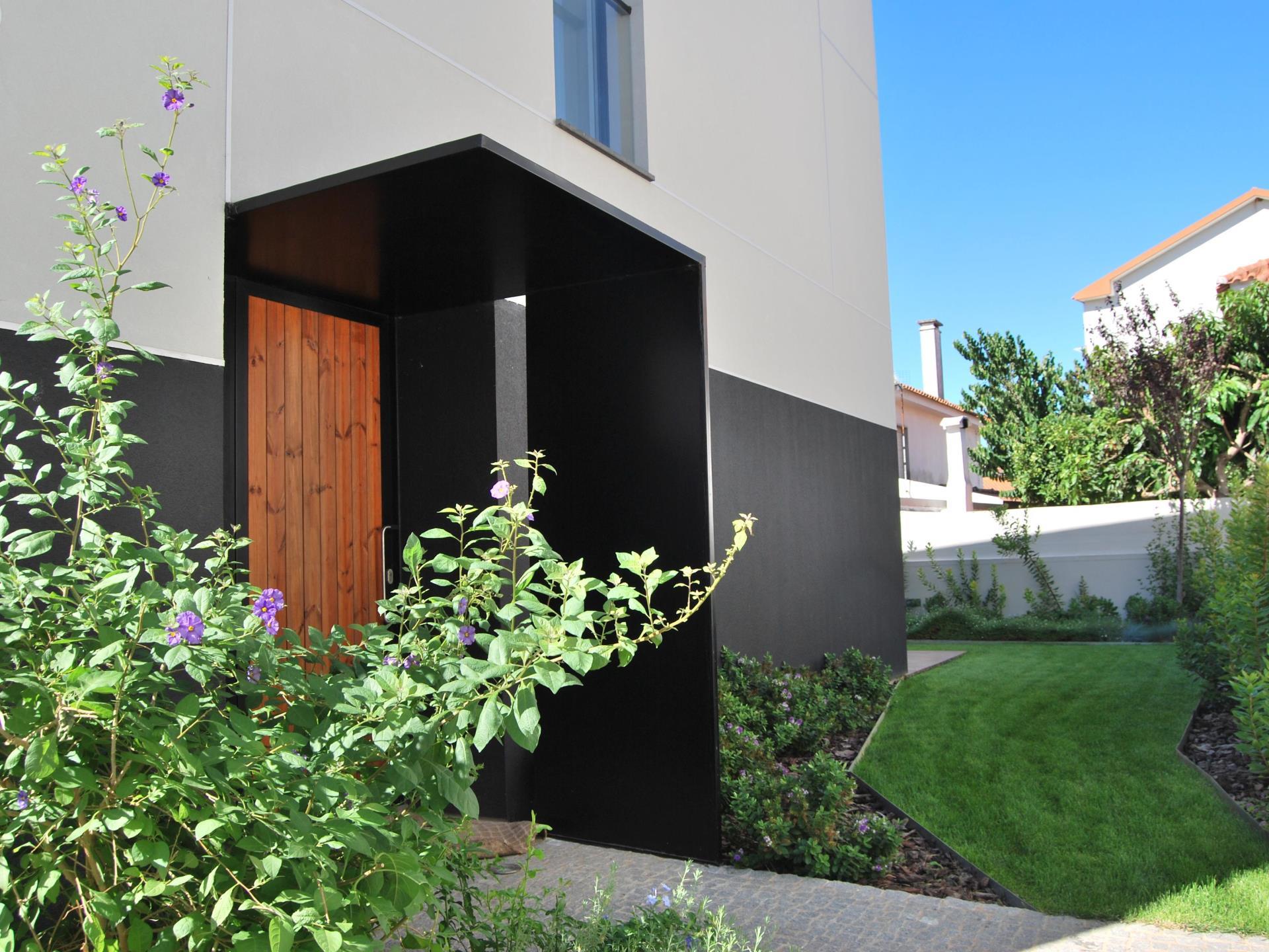 Maison unifamiliale pour l Vente à Terraced house, 3 bedrooms, for Sale Queijas, Oeiras, Lisbonne Portugal