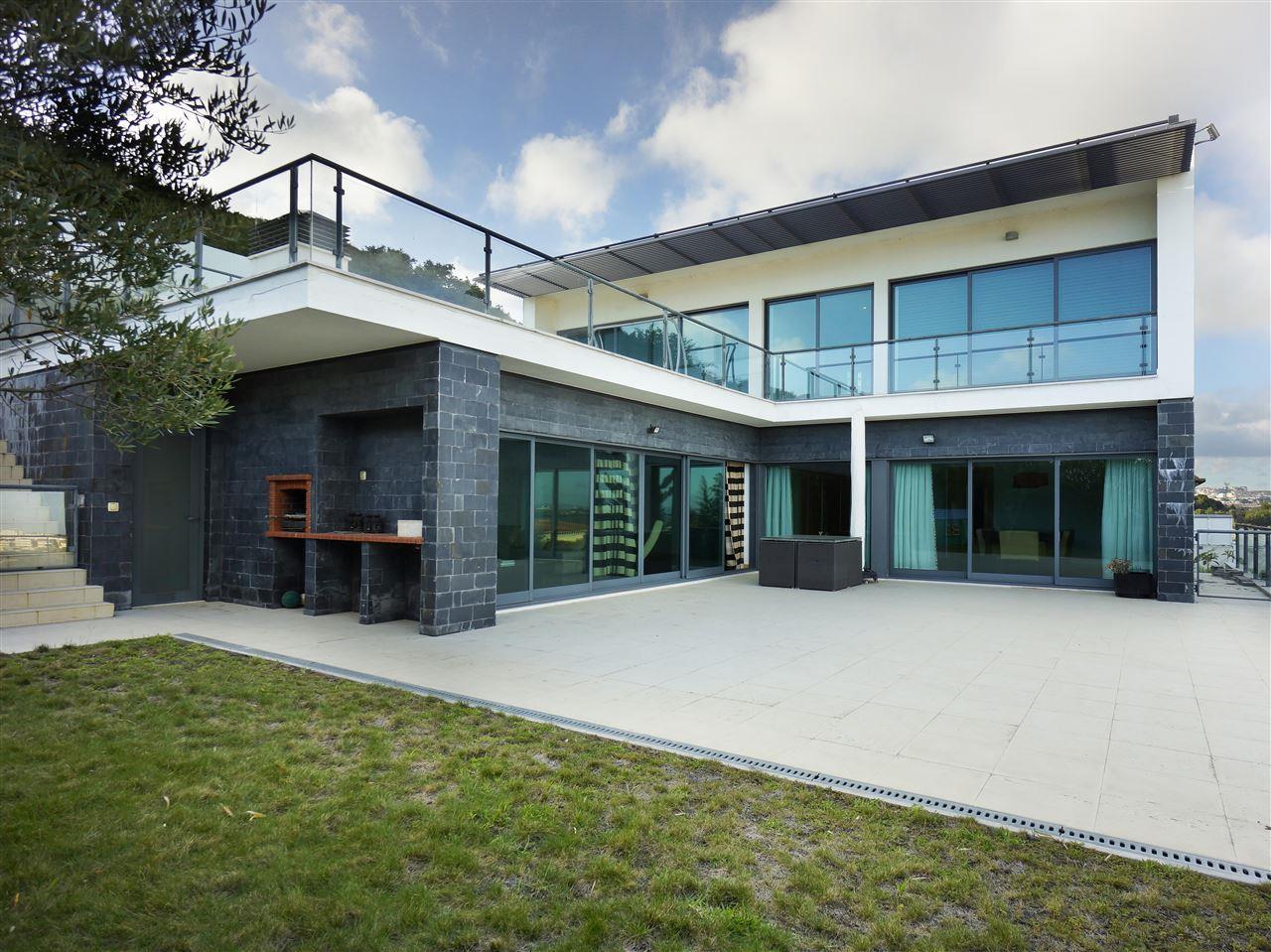 Частный односемейный дом для того Продажа на House, 5 bedrooms, for Sale Oeiras, Лиссабон, 2730-296 Португалия