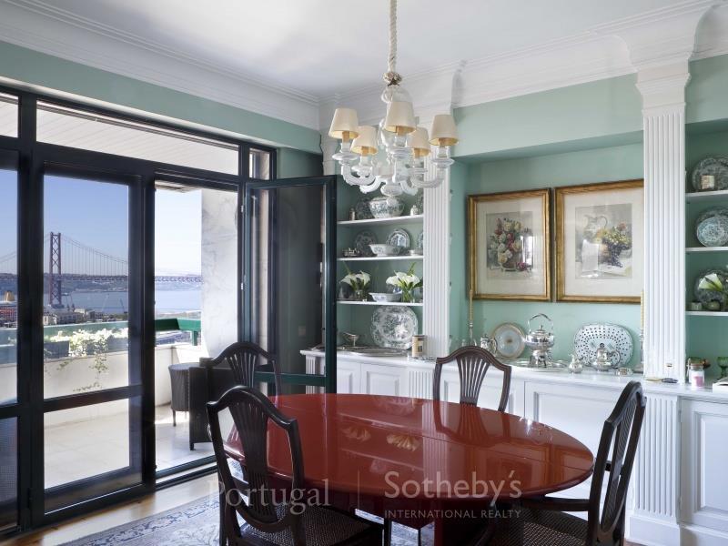 Appartement pour l Vente à Flat, 4 bedrooms, for Sale Lapa, Lisboa, Lisbonne Portugal