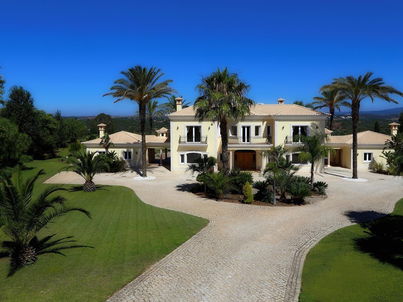 Einfamilienhaus für Verkauf beim Detached house, 5 bedrooms, for Sale Portimao, Algarve Portugal