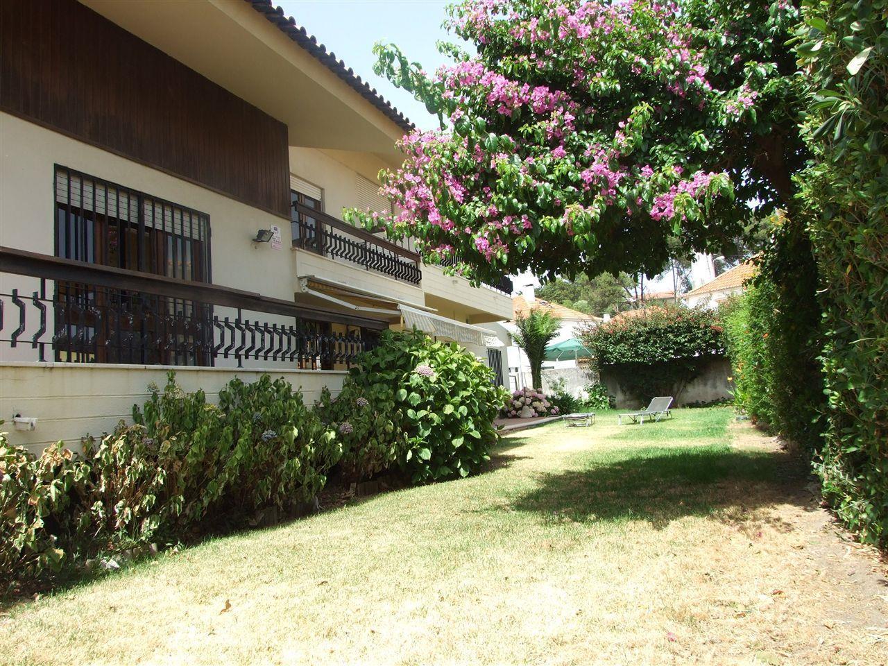 Частный односемейный дом для того Продажа на House, 6 bedrooms, for Sale Cascais, Лиссабон Португалия