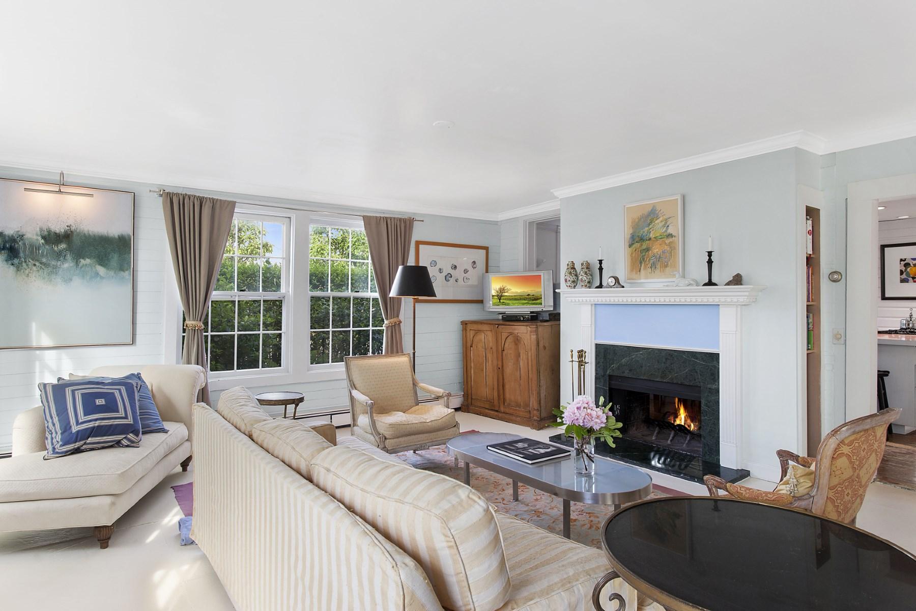 Villa per Vendita alle ore Charming Cottage, Bridgehampton Village 154 Corwith Avenue Bridgehampton, New York 11932 Stati Uniti
