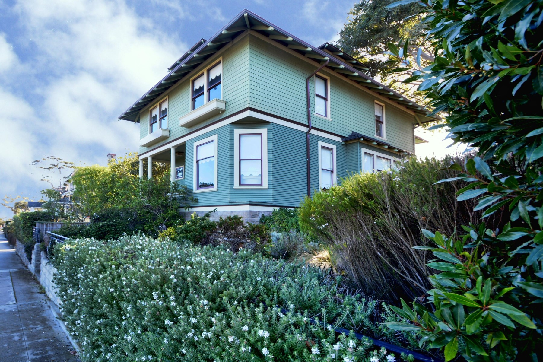 Maison unifamiliale pour l Vente à Historic Foursquare Victorian 189 Lighthouse Avenue Pacific Grove, Californie 93950 États-Unis
