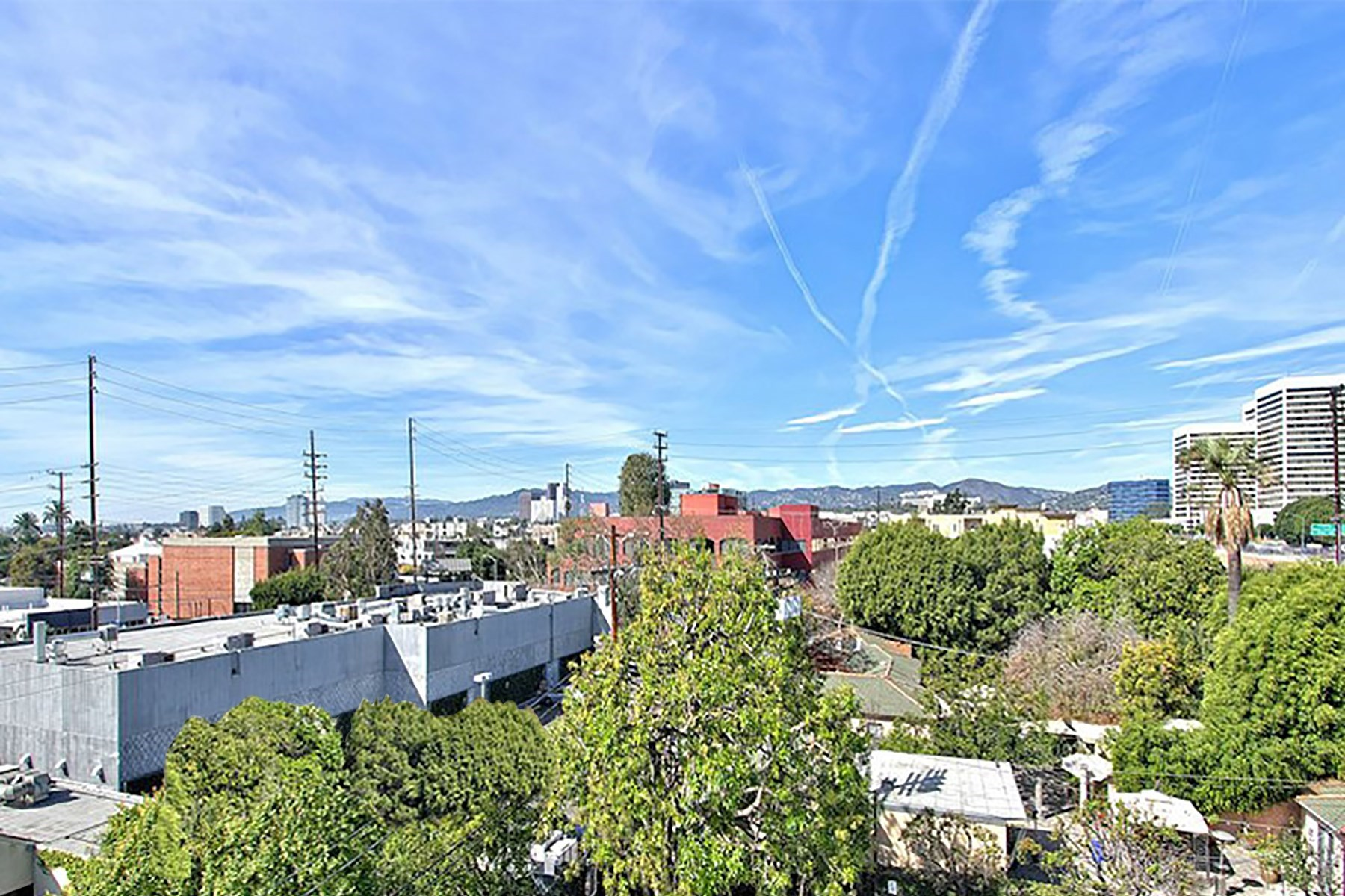 Casa unifamiliar adosada (Townhouse) por un Venta en Happening West LA Townhome 2027 Beloit Street #105 West Los Angeles, Los Angeles, California, 90025 Estados Unidos