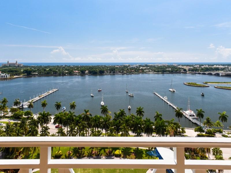 콘도미니엄 용 매매 에 Spacious Esplanade Grande 201 S Narcissus Ave Apt 1401 West Palm Beach, 플로리다 33401 미국