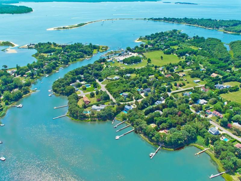 Casa Unifamiliar por un Venta en Harborfront with Dock 13 Dickerson Drive Shelter Island, Nueva York 11964 Estados Unidos