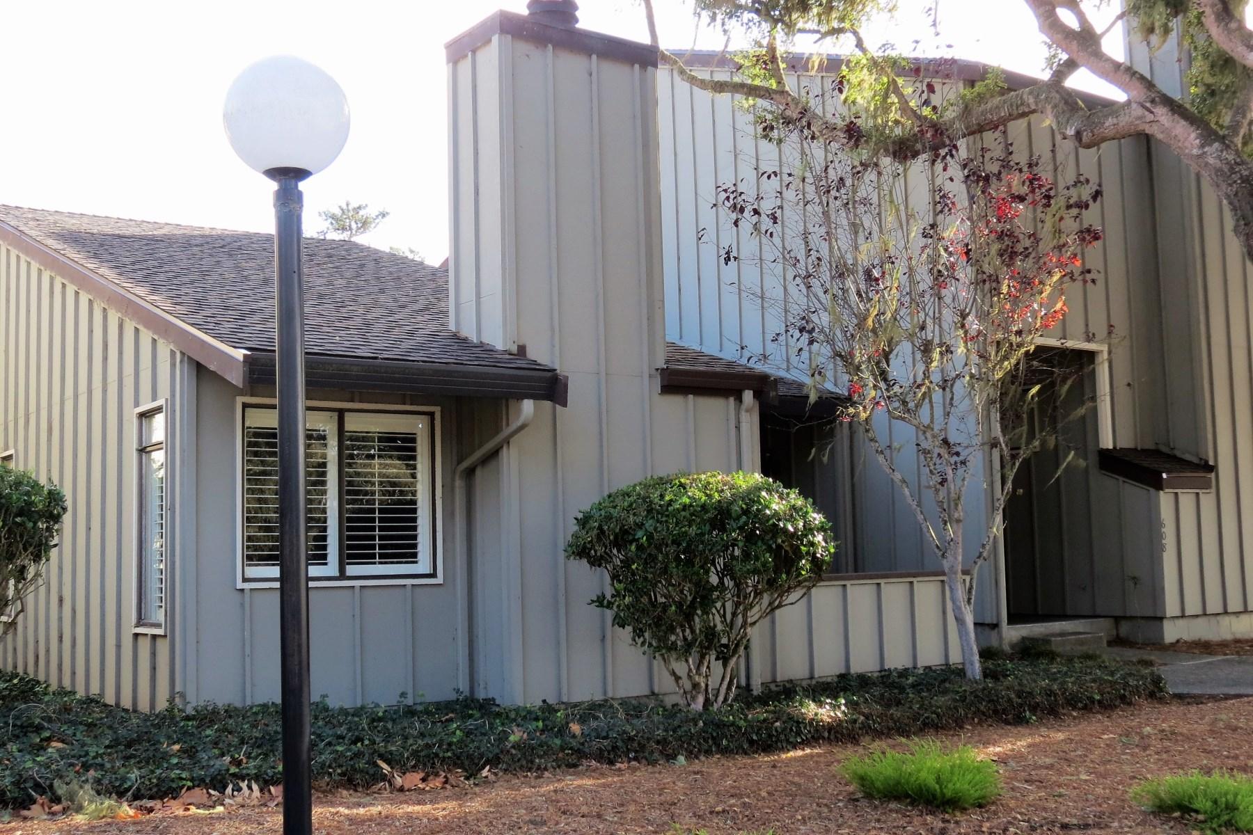Copropriété pour l Vente à Beautiful Move-in Condition Condominium 606 Sage Court Pacific Grove, Californie 93950 États-Unis