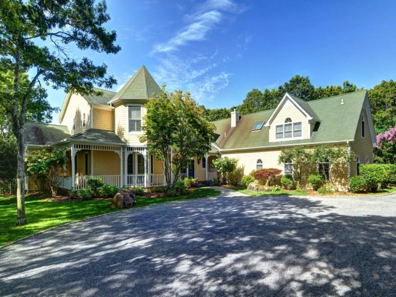 Villa per Vendita alle ore Special Retreat with Pool and Tennis East Hampton Village, East Hampton, New York 11937 Stati Uniti