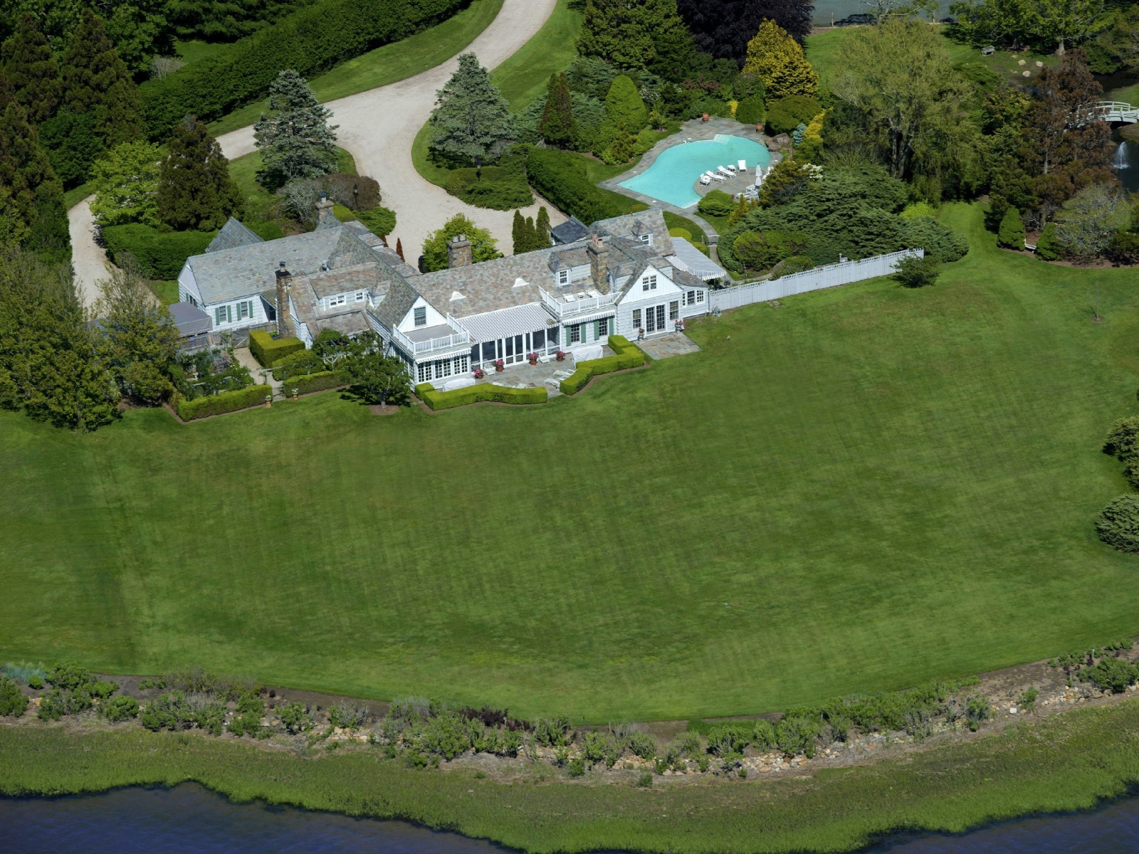 Villa per Vendita alle ore Captains Neck Bayfront Estate 595 Captains Neck Lane Southampton, New York 11968 Stati Uniti