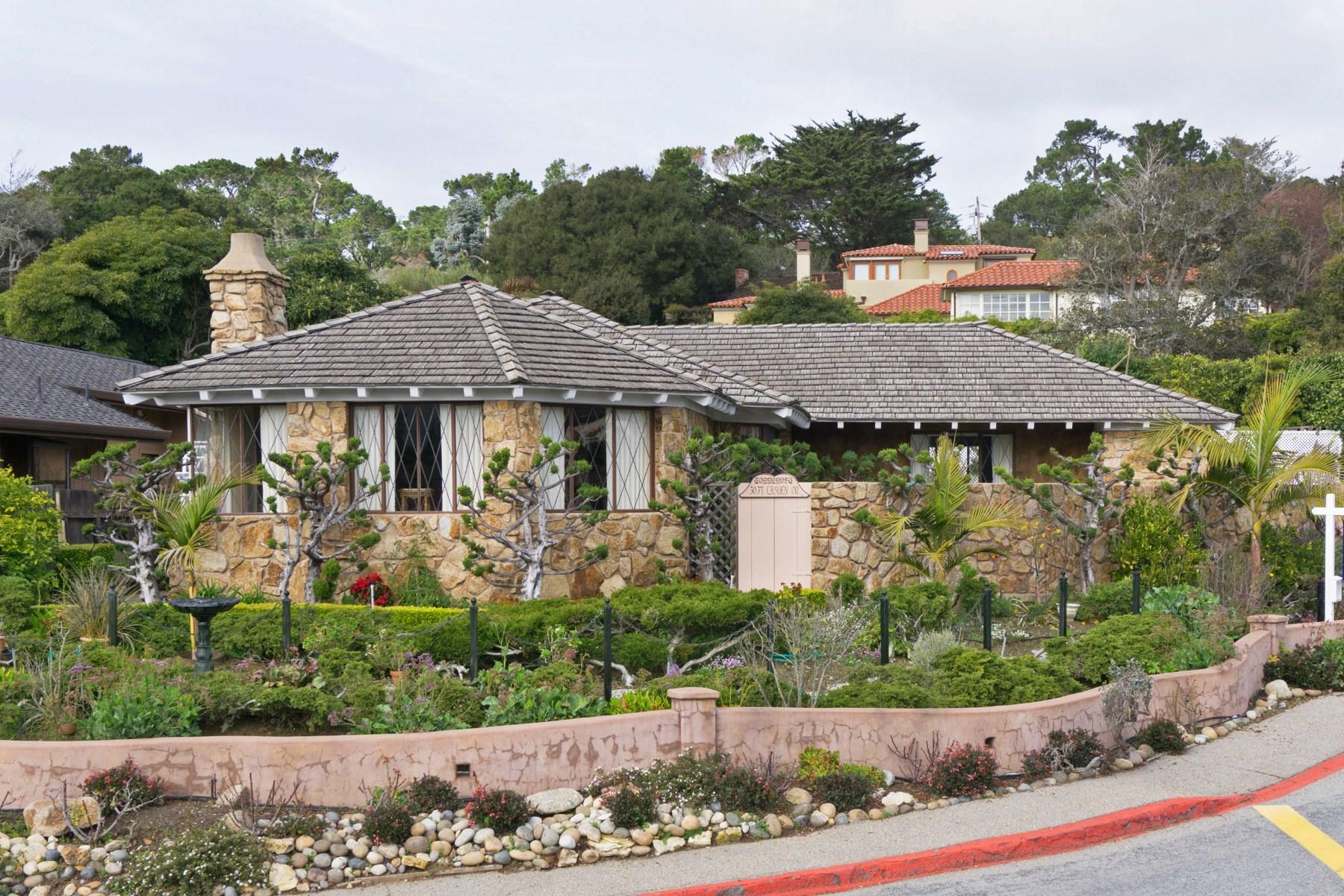 Moradia para Venda às Prominent Home by the Carmel Mission 3037 Lasuen Drive Carmel, Califórnia 93923 Estados Unidos