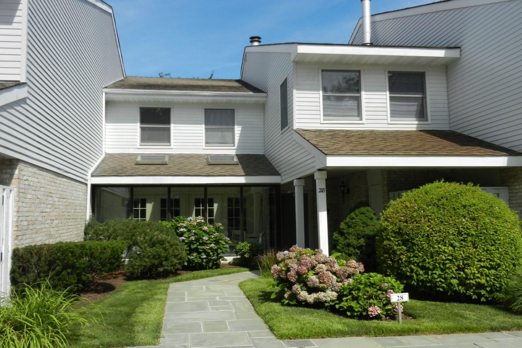 Condomínio para Locação às South of 27 520 Hampton Road, Farrington Close, Unit 28 Southampton, Nova York 11968 Estados Unidos