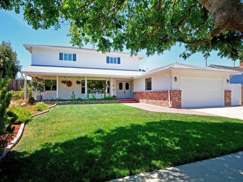 Nhà ở một gia đình vì Bán tại Bel Air Way-5 Bed/3 Ba 814 Bel Air Way Salinas, California 93901 Hoa Kỳ