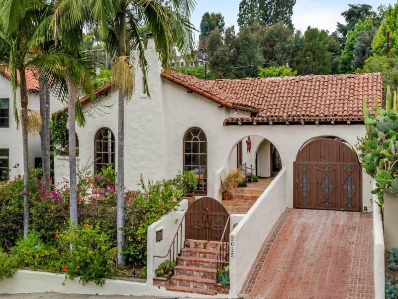 Частный односемейный дом для того Продажа на Gorgeous Renovated 1927 Spanish Hacienda 2025 North Alexandria Avenue Los Feliz, Los Angeles, Калифорния 90077 Соединенные Штаты
