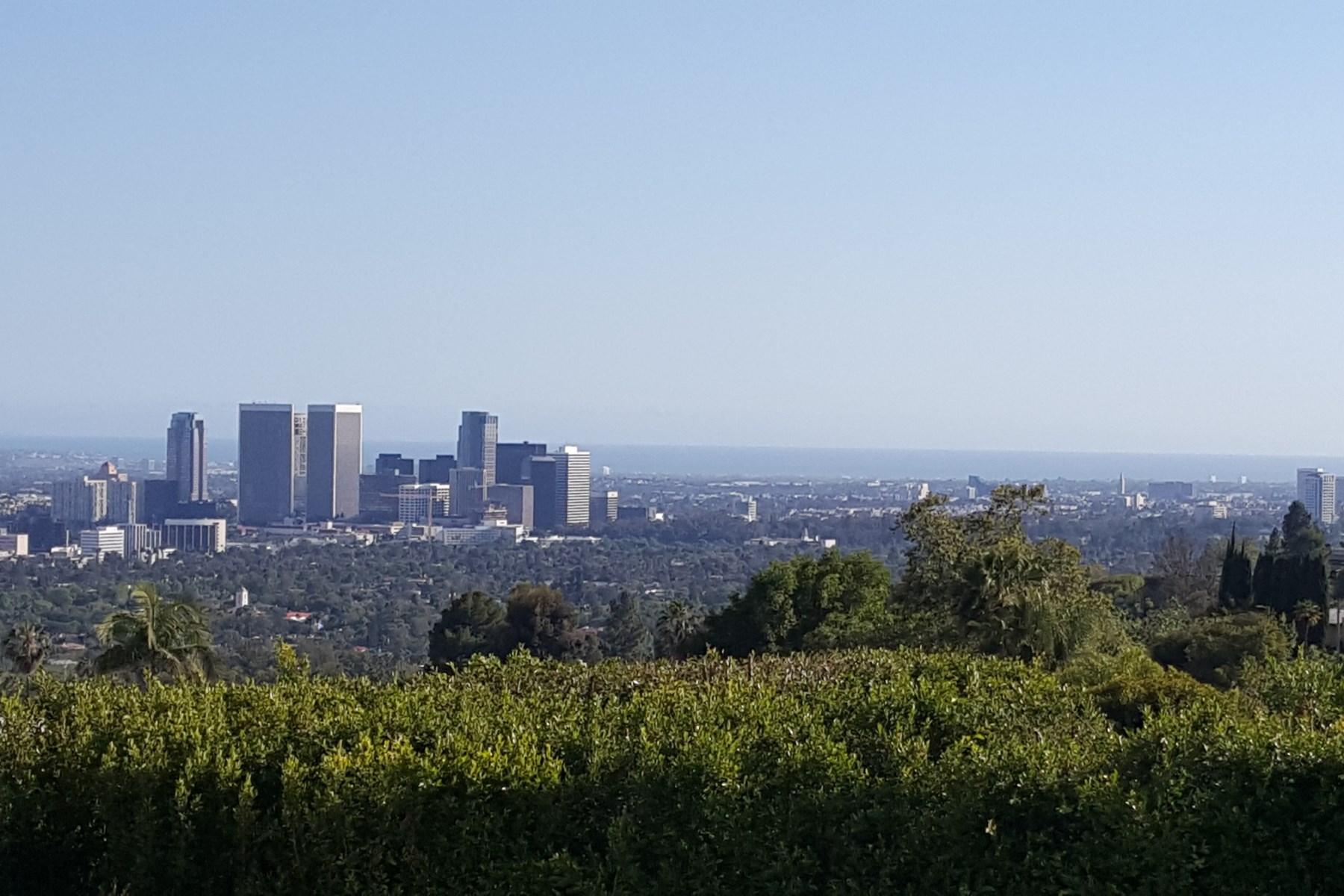 Casa para uma família para Venda às Contemporary with Spectacular Views 1089 Hillcrest Road Beverly Hills, Califórnia 90210 Estados Unidos