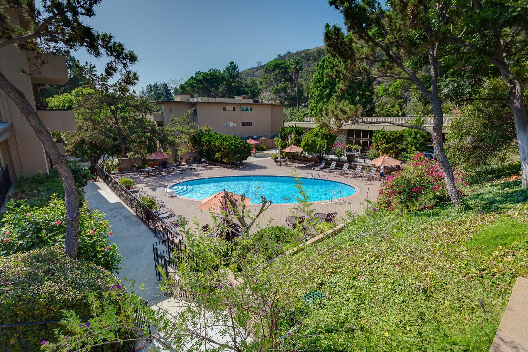 Piso por un Venta en 6704 Hillpark Drive #202 Los Angeles, California, 90068 Estados Unidos