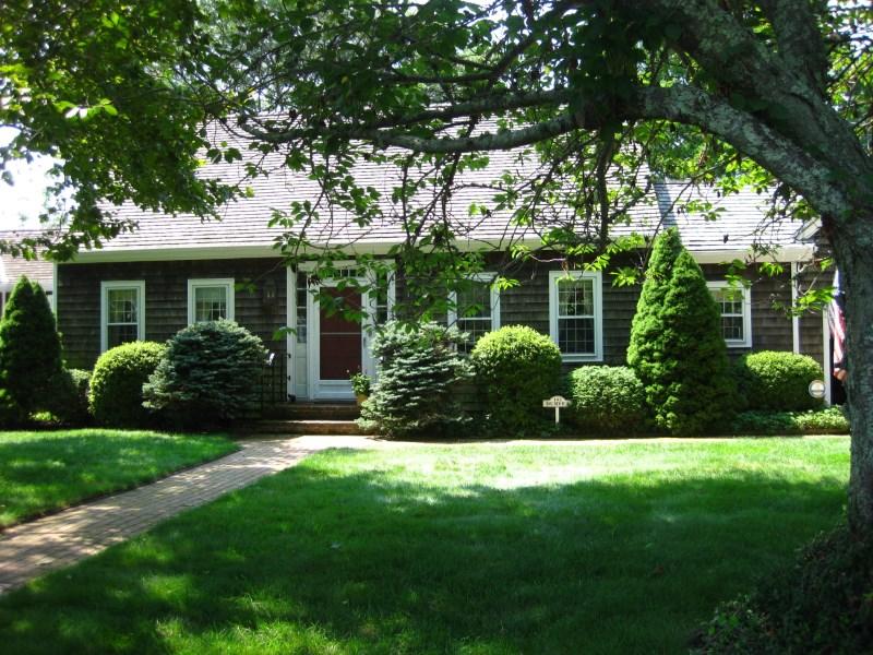 Maison unifamiliale pour l Vente à Bridgehampton Village Charmer-Pond Front 143 Bull Head Lane Bridgehampton, New York 11932 États-Unis